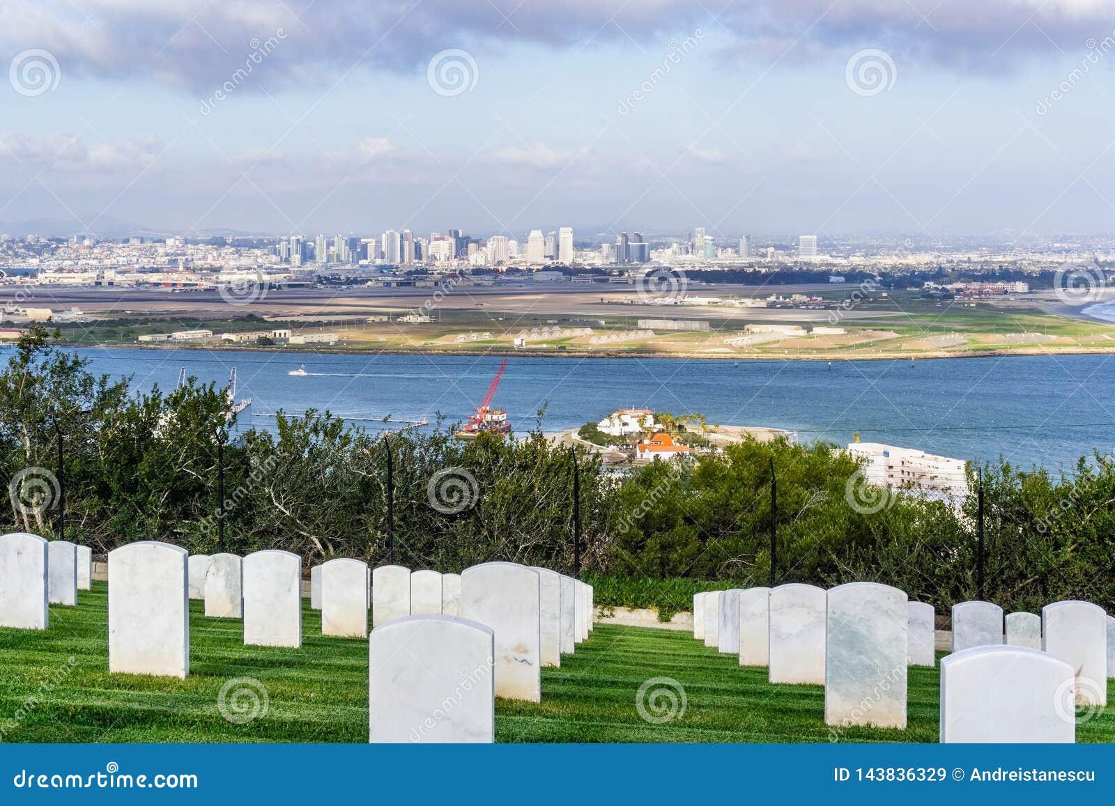 Cemitério militar; A skyline no fundo, Califórnia de San Diego