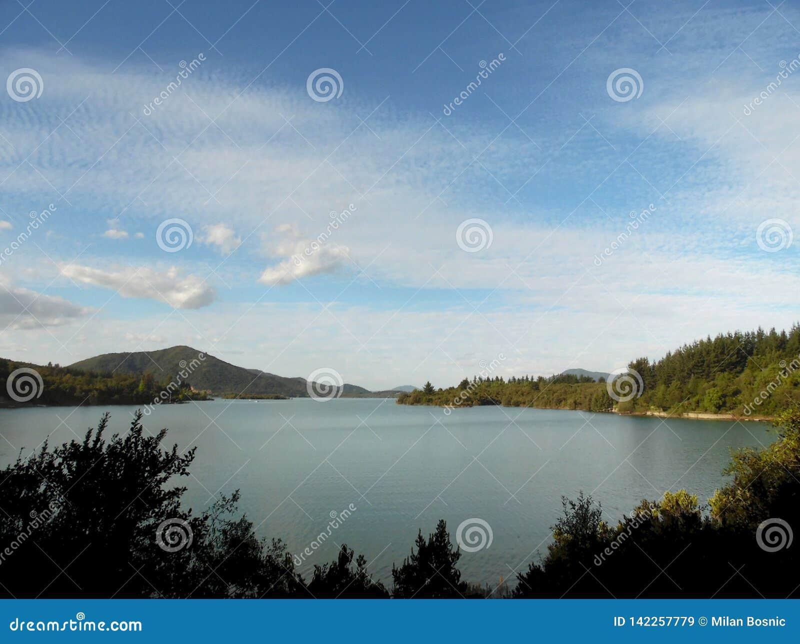 Cenário bonito de um lago no sul do território chileno