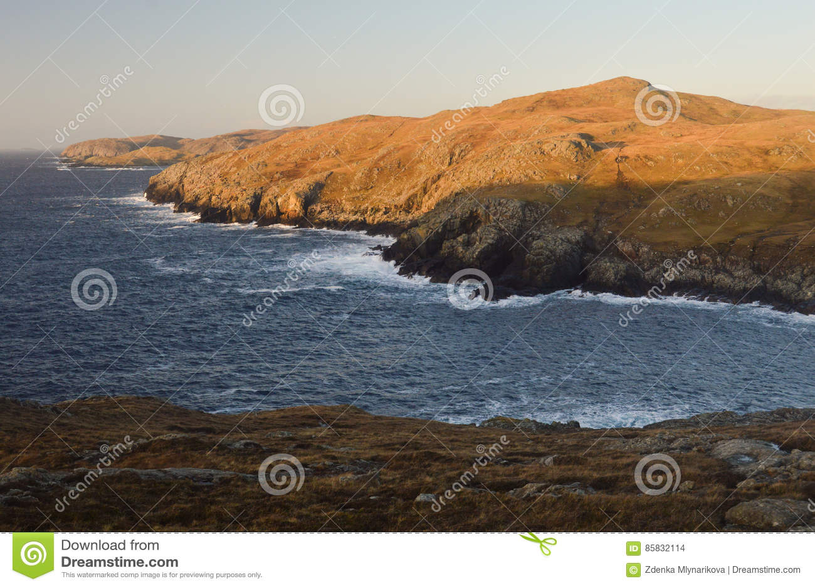 Cenário da natureza com os penhascos em ilhas de Shetland