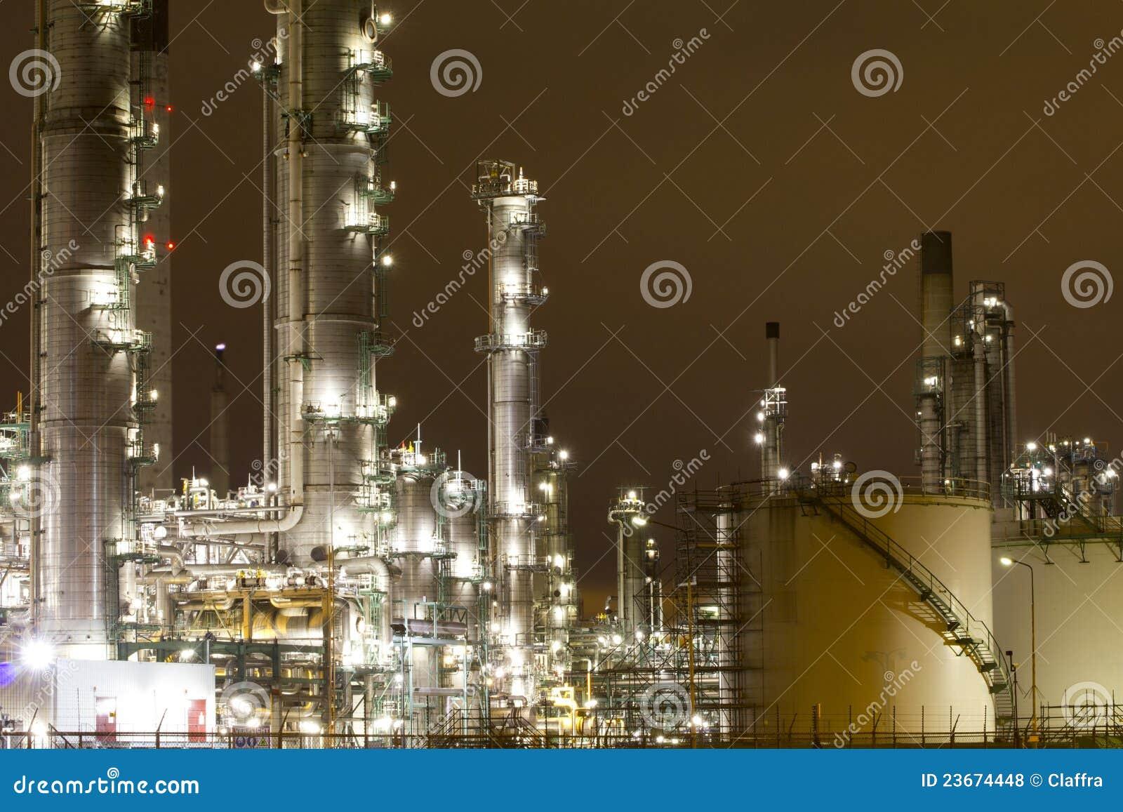 Cenário industrial na noite