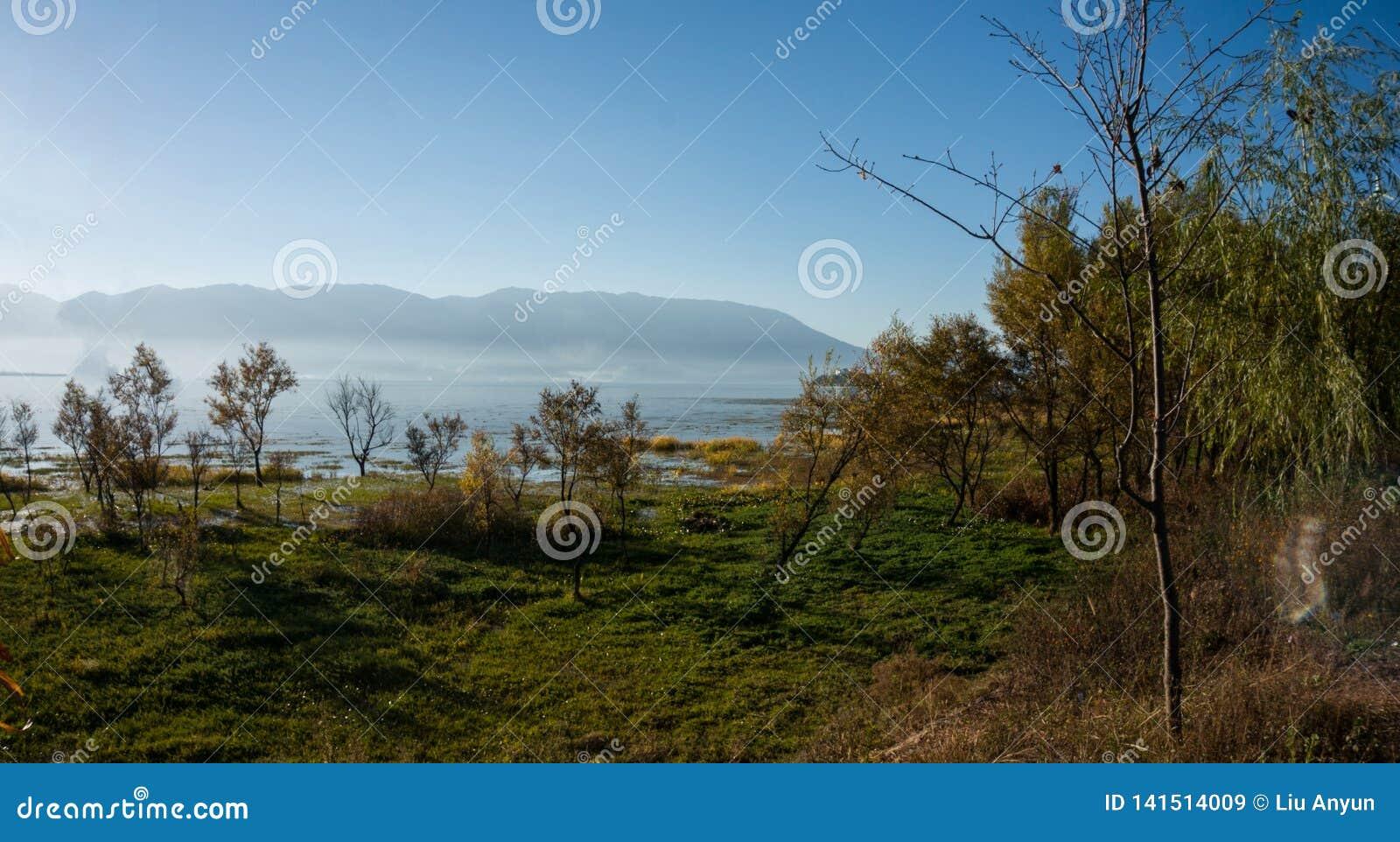 Cenário litoral do lago do erhai
