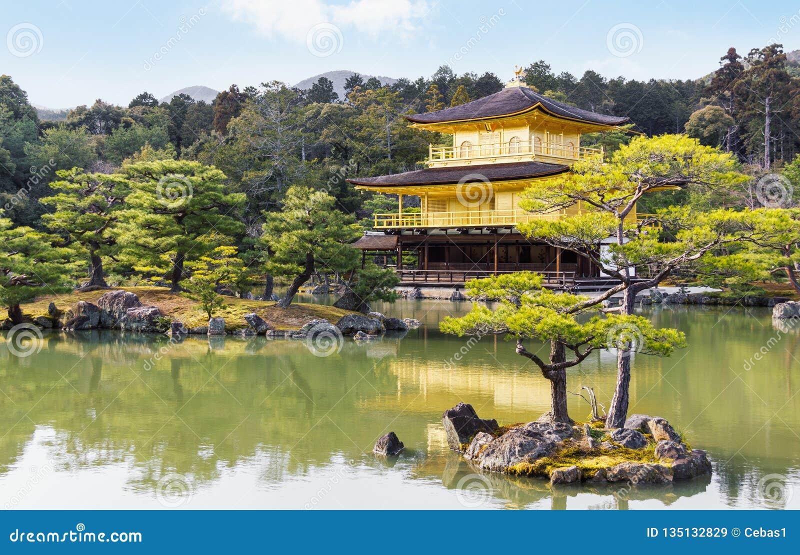 Cenário pitoresco do templo dourado famoso do pavilhão em Kyoto Japão
