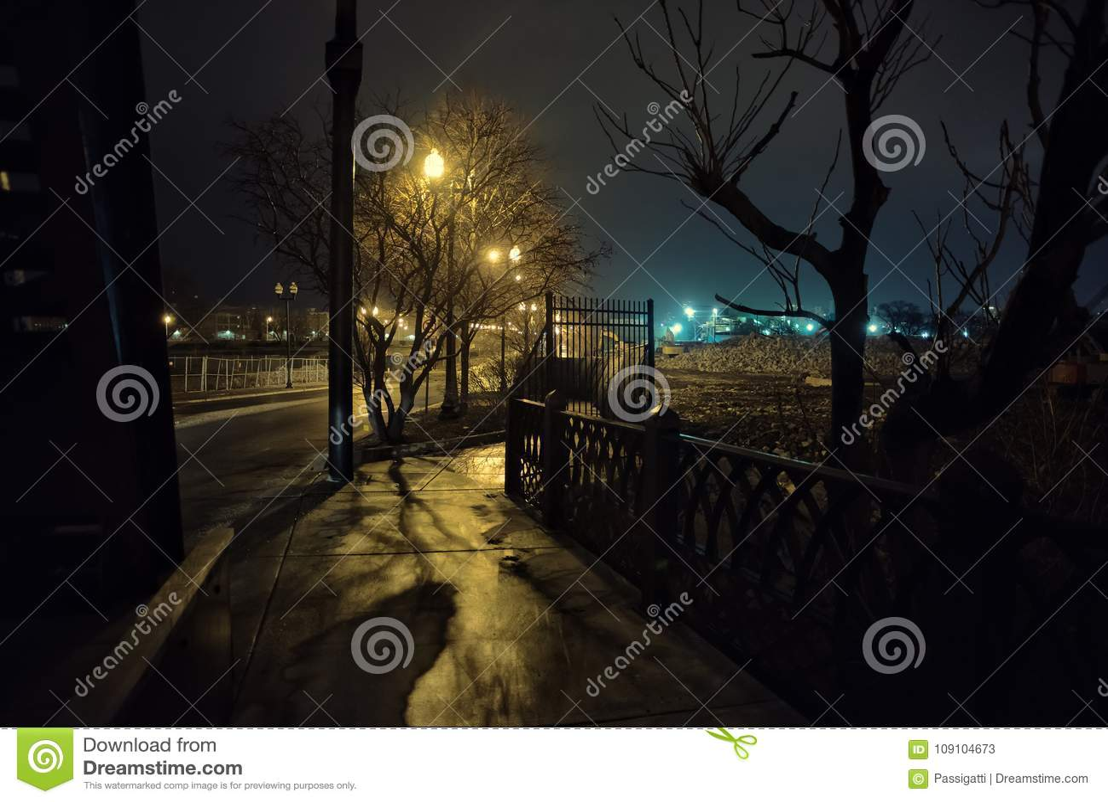 Cenário urbano da área deserta da fábrica de aço na noite