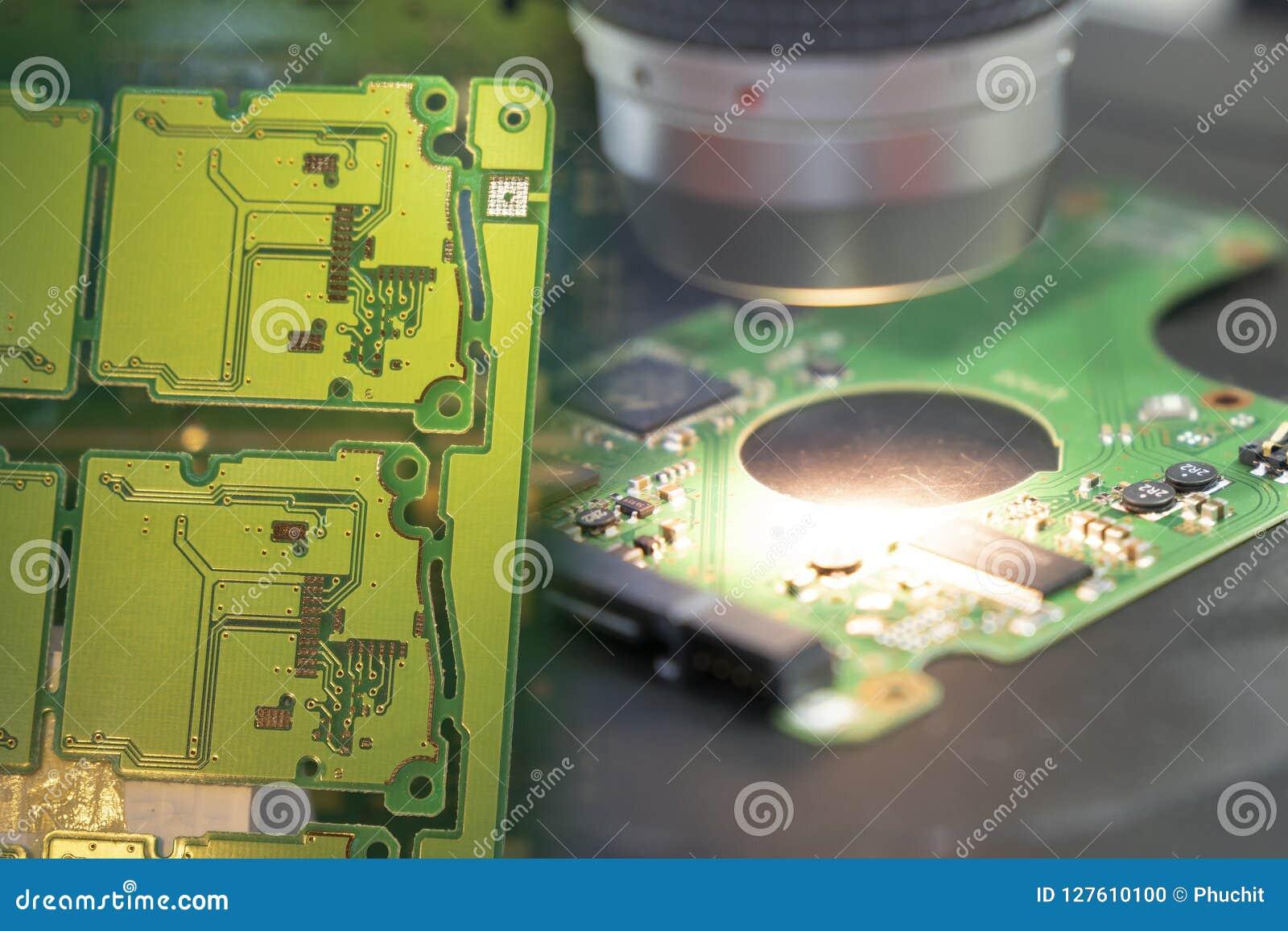 A cena abstrata da placa de circuito da eletrônica