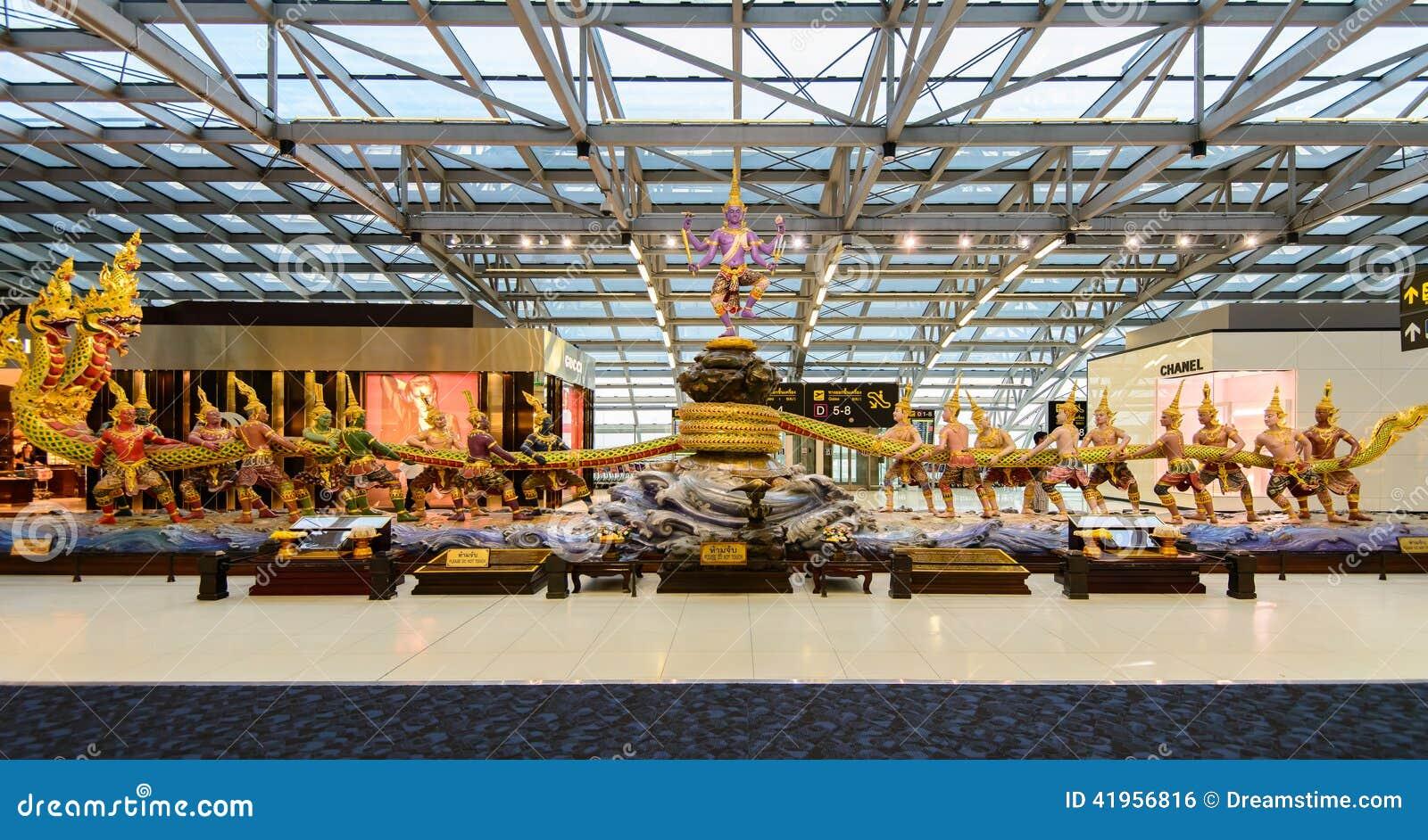 Cena da agitação da escultura do oceano do leite no aeroporto de Suvanabhumi
