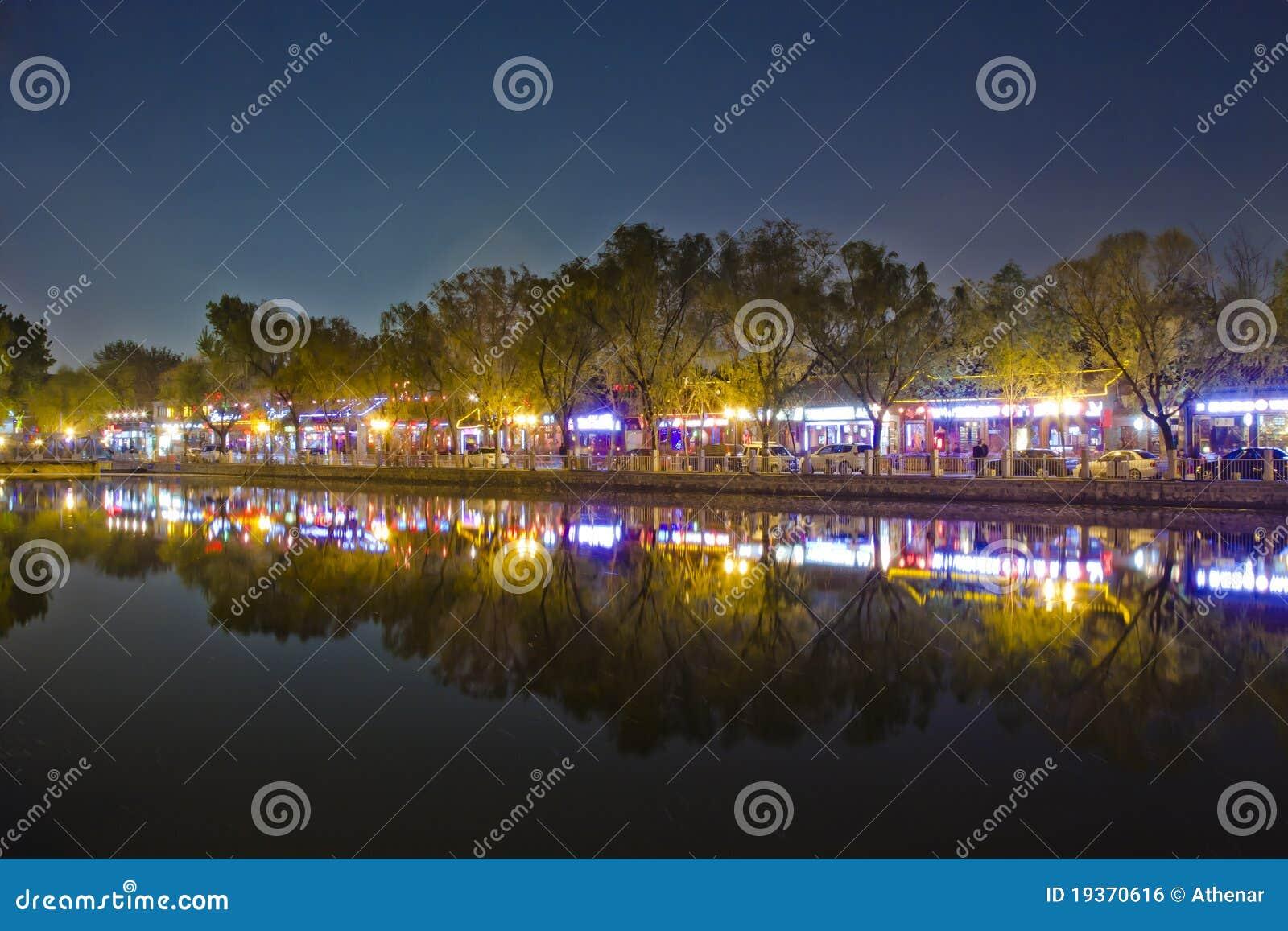 Cena da noite da reflexão do lago em Beijing Houhai