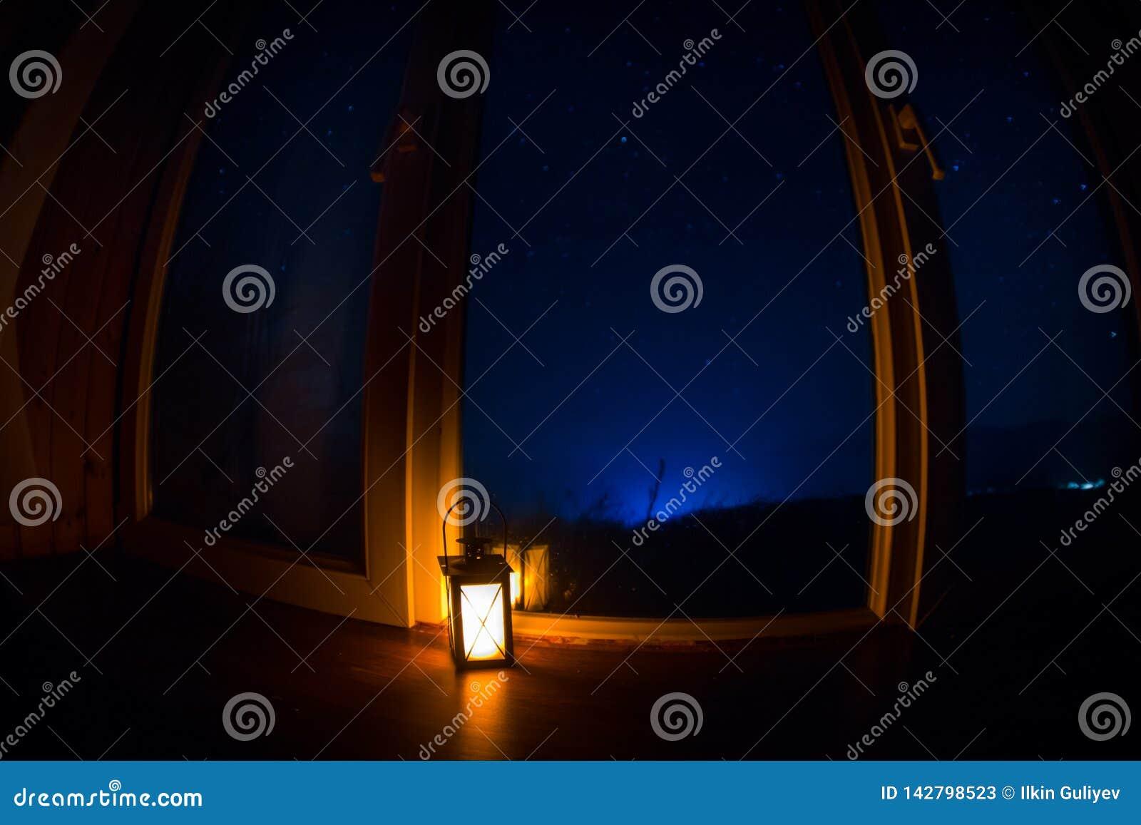 Cena da noite das estrelas vistas completamente a janela da sala escura Céu noturno dentro da sala escura Tiro longo da exposição