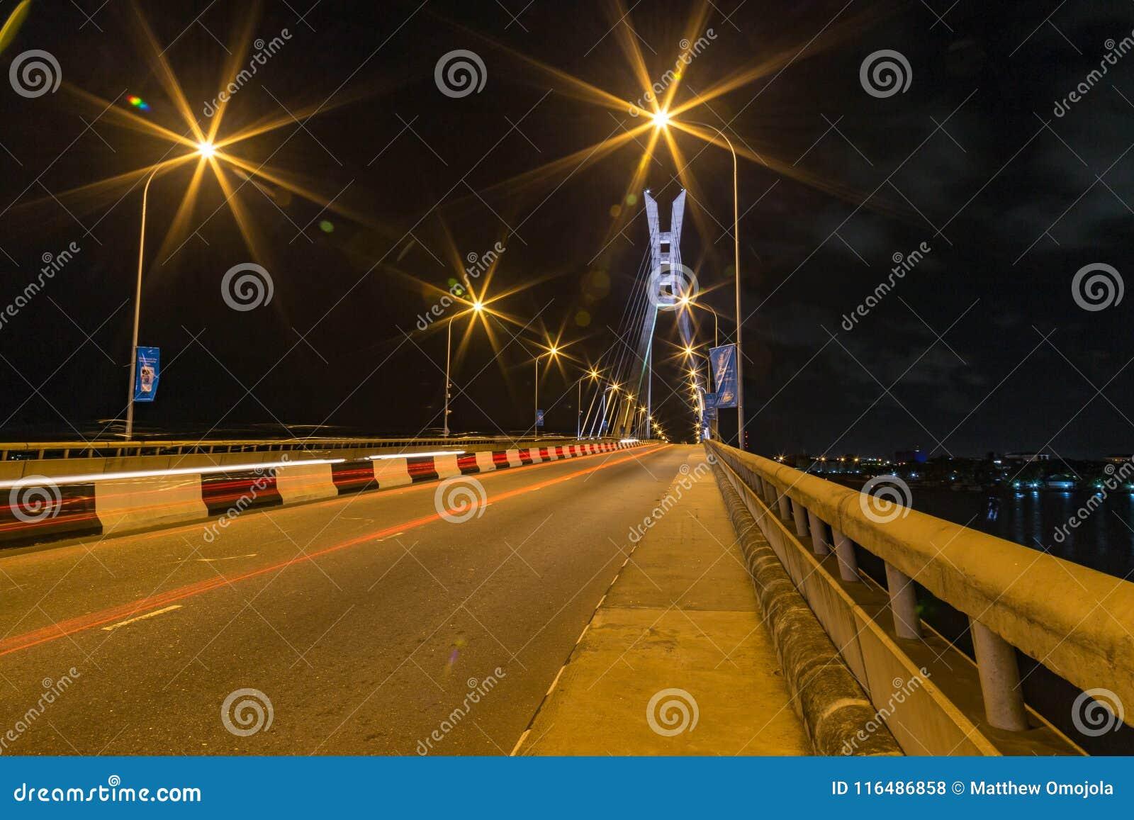 Cena da noite de Lagos Nigéria da ponte do ikoyi