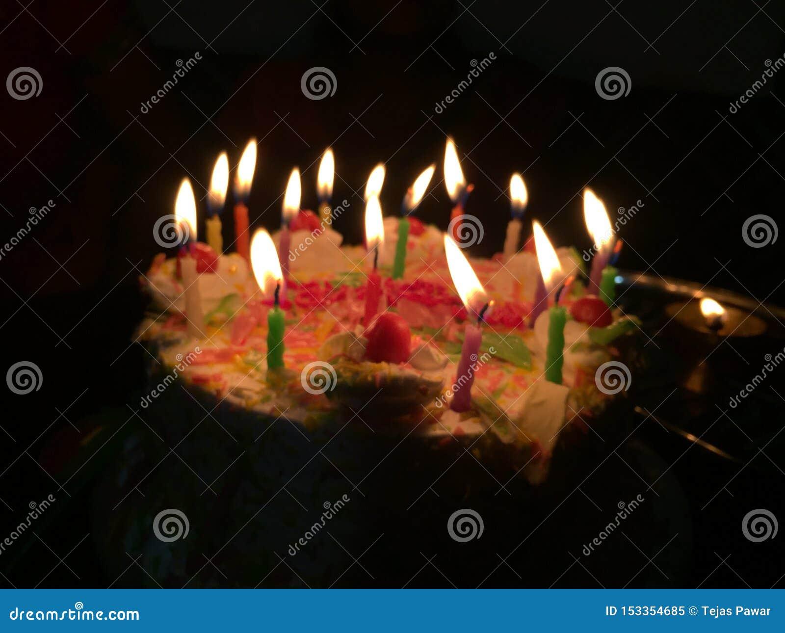 Cena da noite do bolo da celebração do aniversário