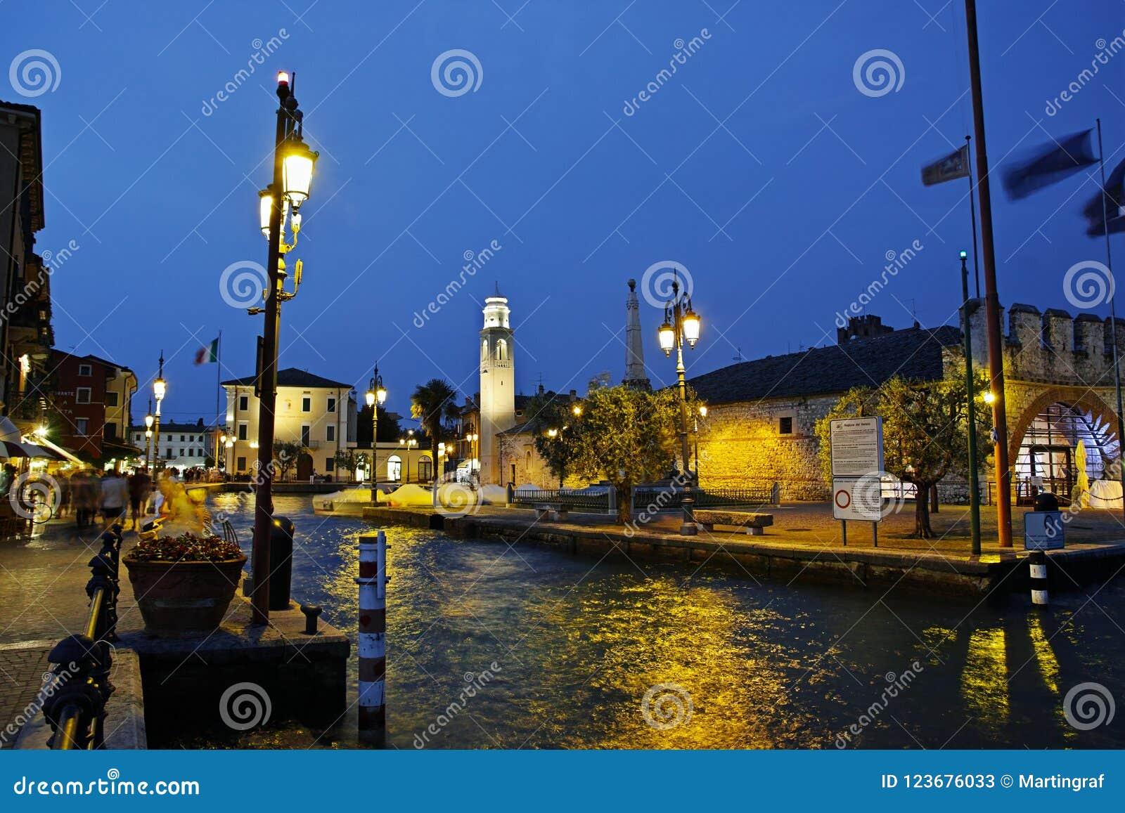 Cena da noite do verão no porto da cidade mediterrânea