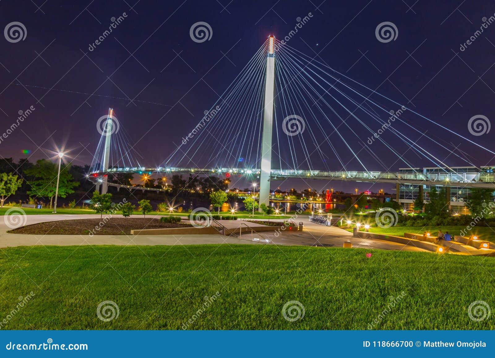 Cena da noite da ponte de suspensão de Omaha Nebraska Bob Kerry
