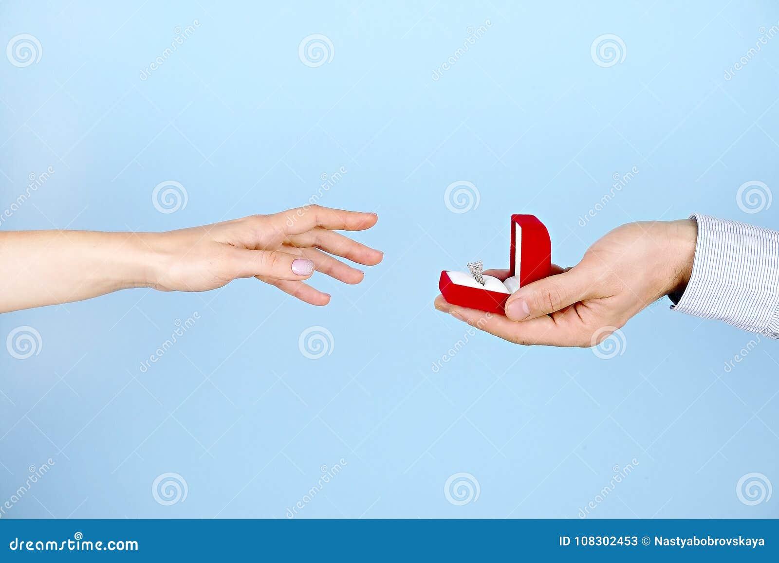 Cena da proposta do acoplamento/união/casamento Feche acima do homem que entrega o anel de diamante caro da platina do ouro a sua