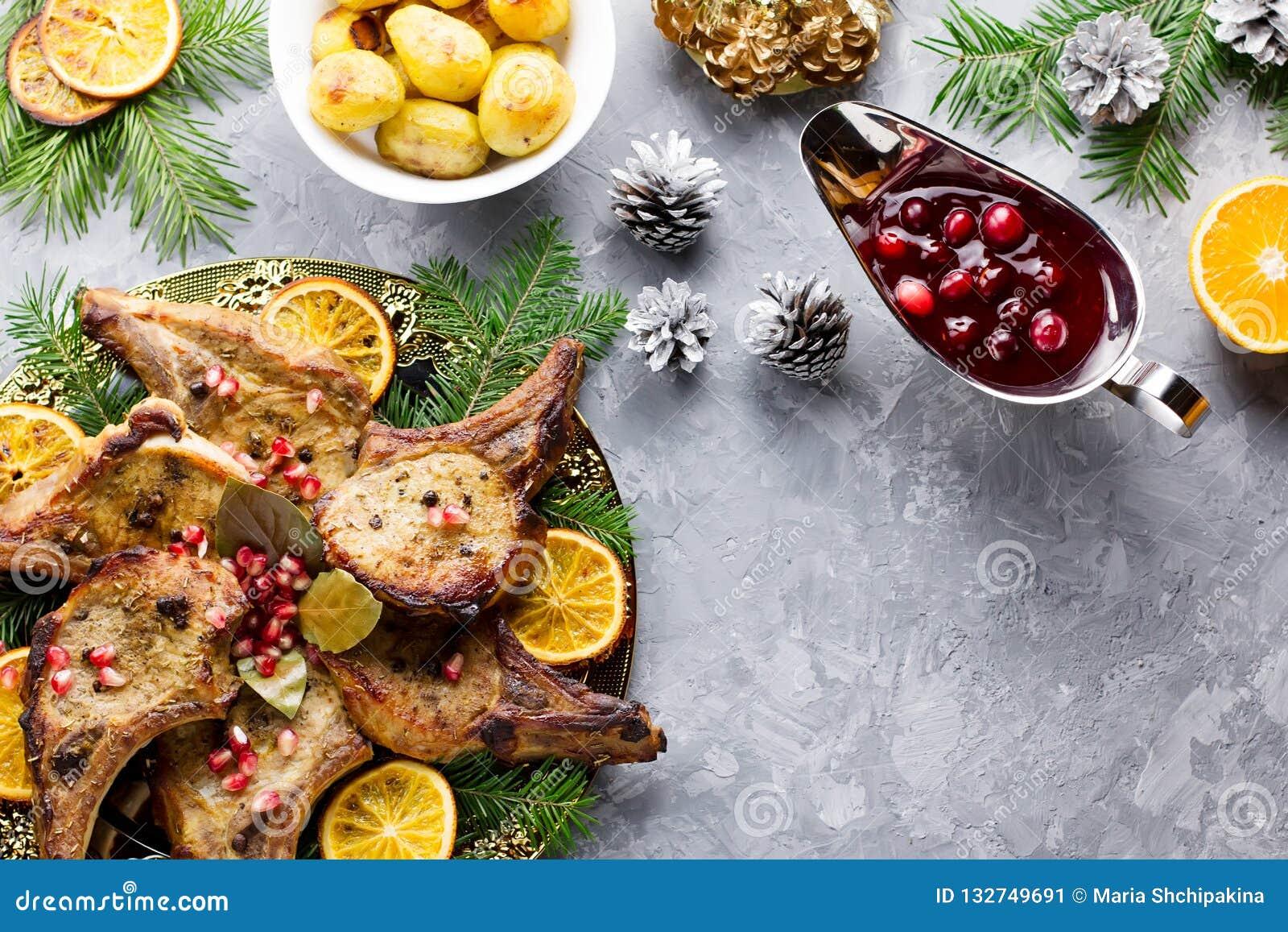 Cena de la Navidad con el filete asado de la carne, ensalada de la guirnalda de la Navidad, patata cocida, verduras asadas a la p