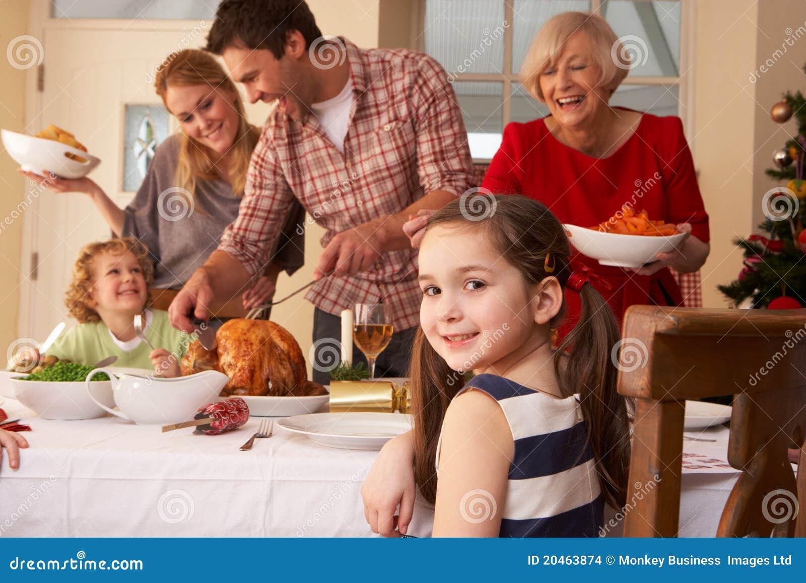 Cena de la Navidad de la porción de la familia