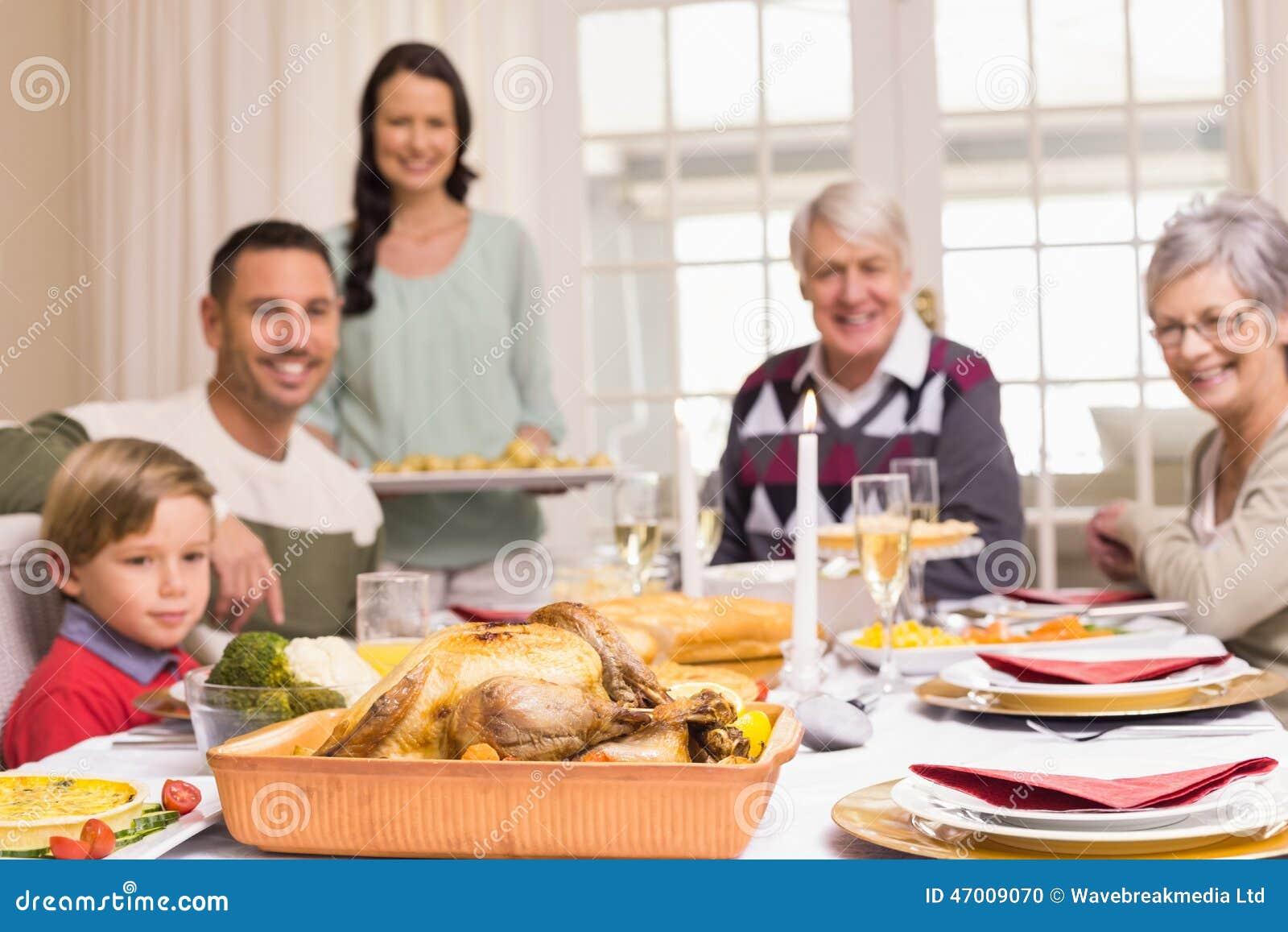 Cena di natale della tenuta della donna con la famiglia alla tavola dinning fotografia stock - Alla tavola della longevita ...