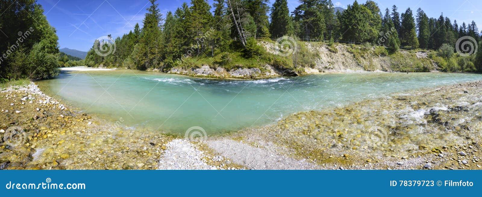 Cena do panorama em Baviera com rio
