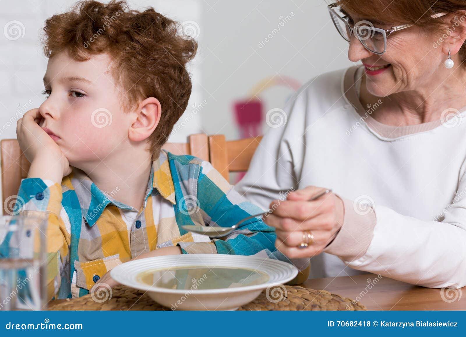 Cena esigente impertinente della nonna e del mangiatore