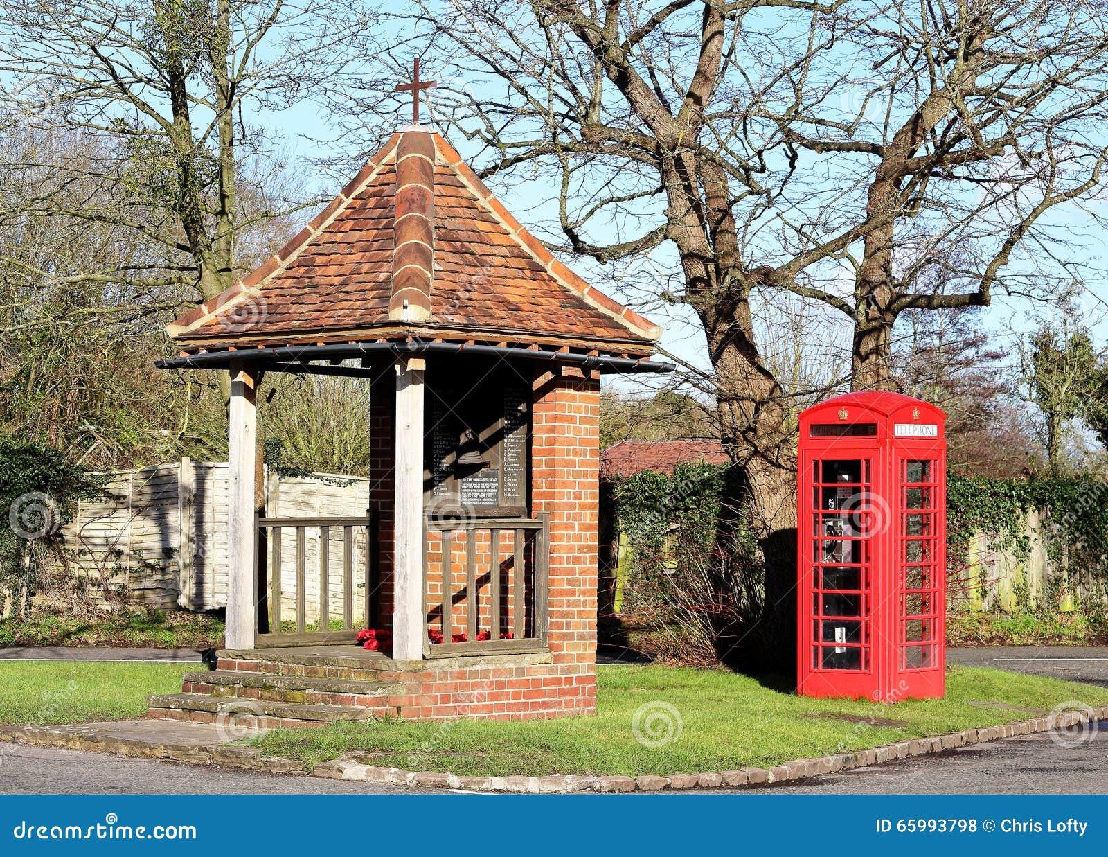 Cena inglesa da vila com a caixa de telefone vermelha