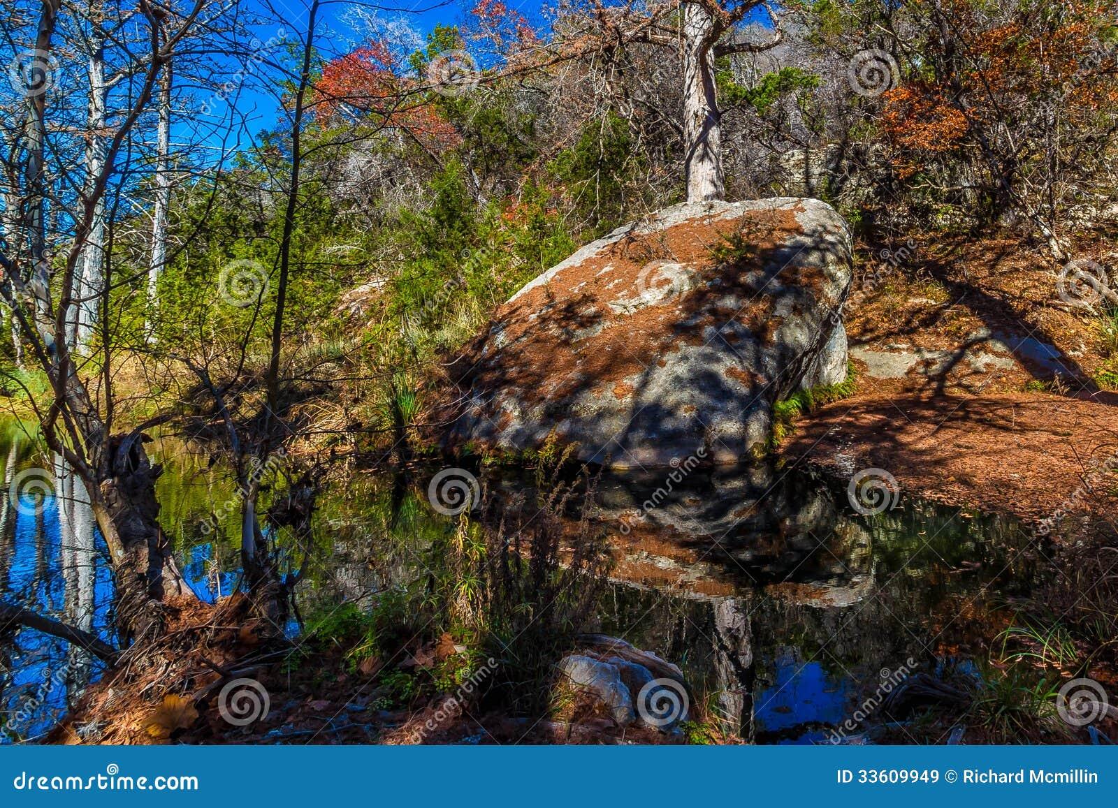 Cena pitoresca da natureza de um grande granito Boulder cercado por grandes árvores de Cypress calvo em Hamilton Creek
