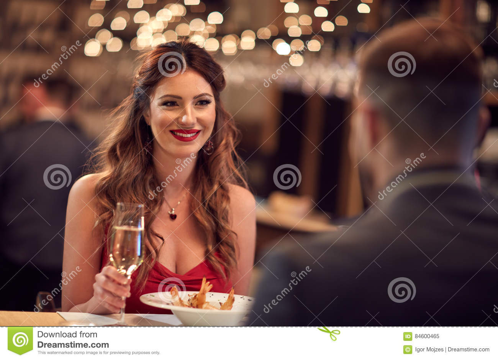 Cena romántica para el día del ` s de la tarjeta del día de San Valentín