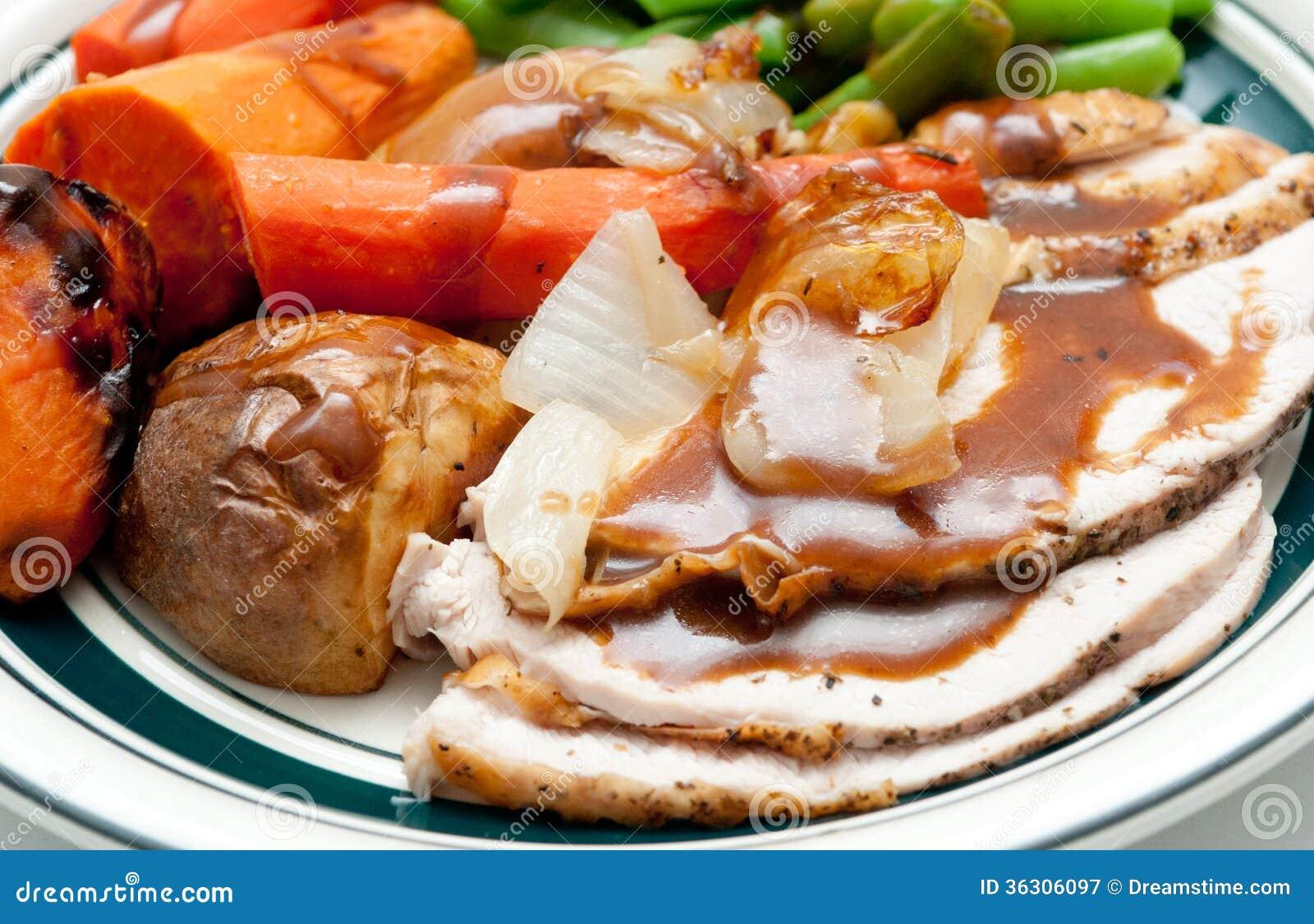 Cena tradicional del pavo con la piel, las rebanadas del pavo y el franco curruscantes