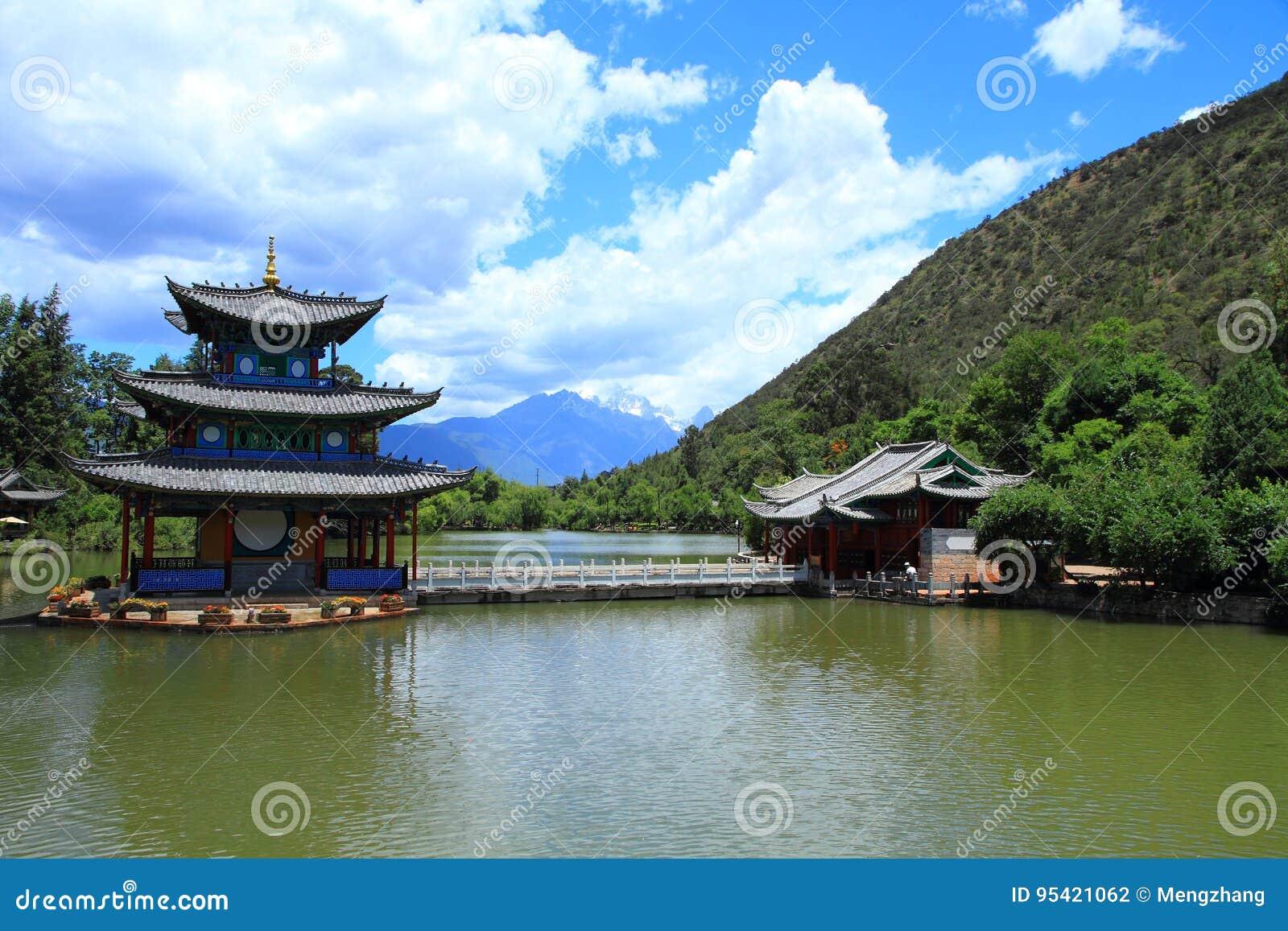 Cena velha preta da cidade de Dragon Pool Park-Lijiang