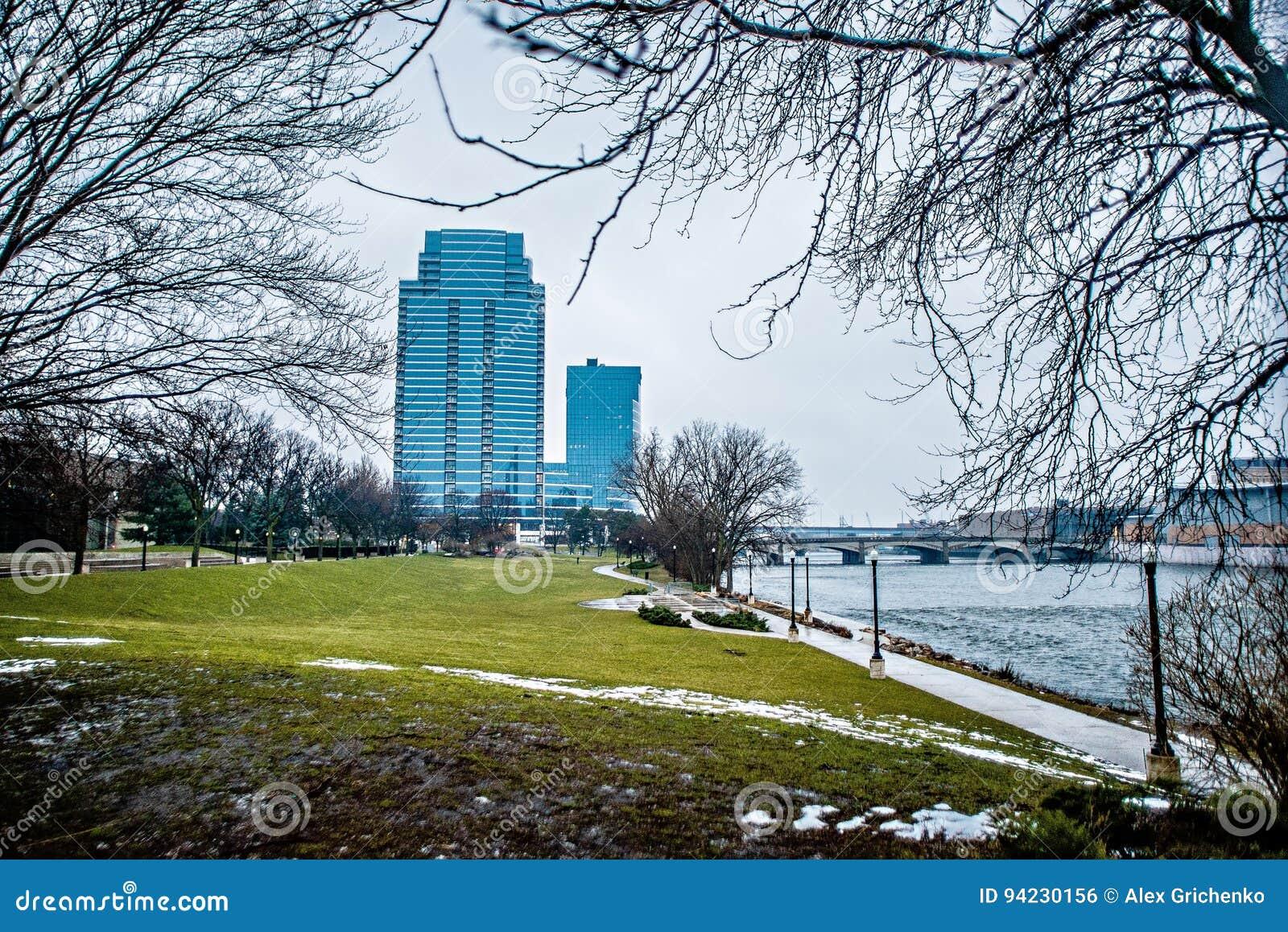 Cenas da skyline e da rua da cidade de Grand Rapids michigan
