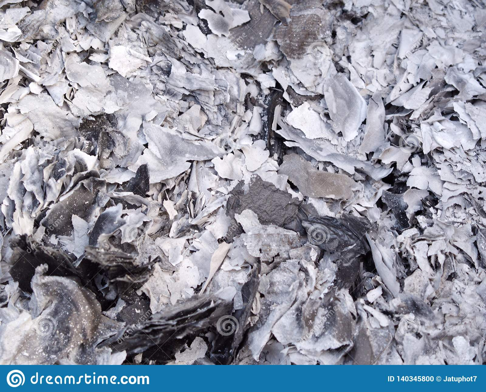 Cendres et cendres du papier d argent de fantôme brûlant pour l ancêtre pendant la nouvelle année chinoise