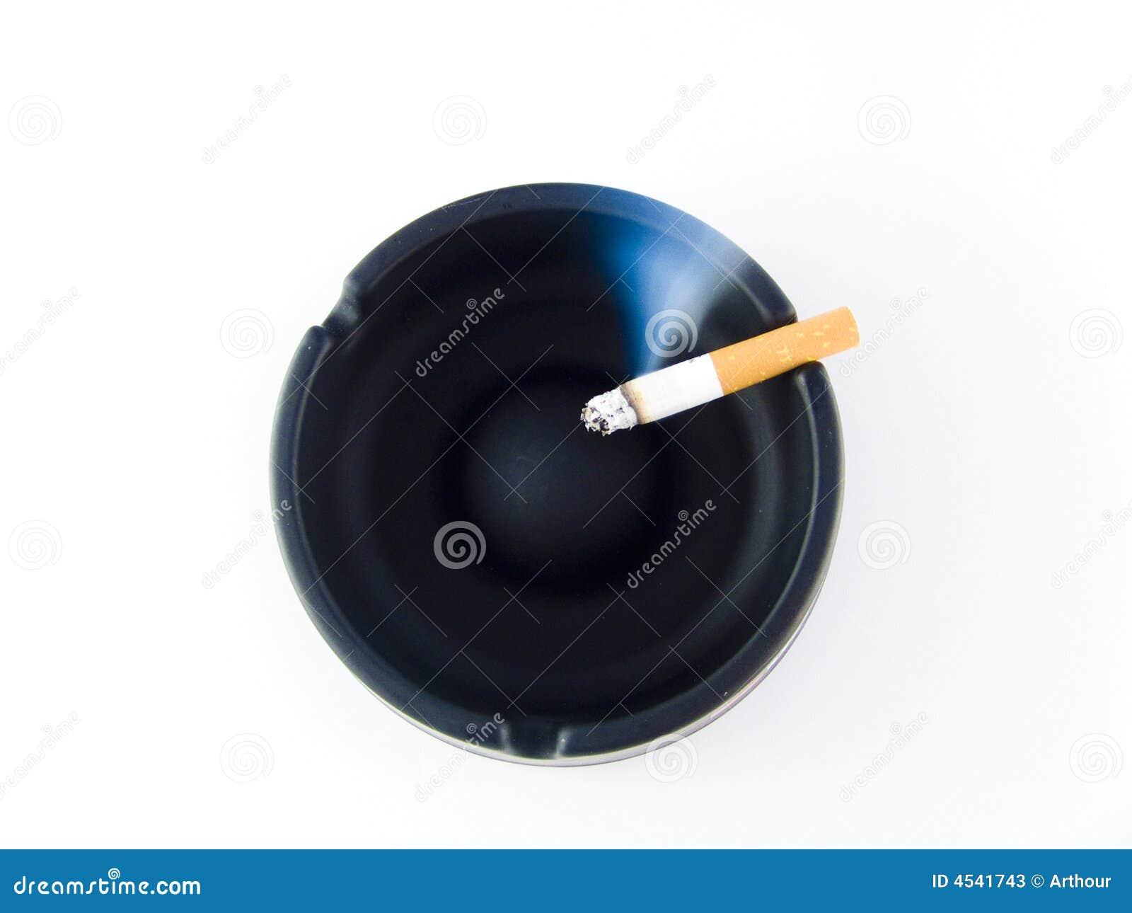 Cendrier avec la cigarette