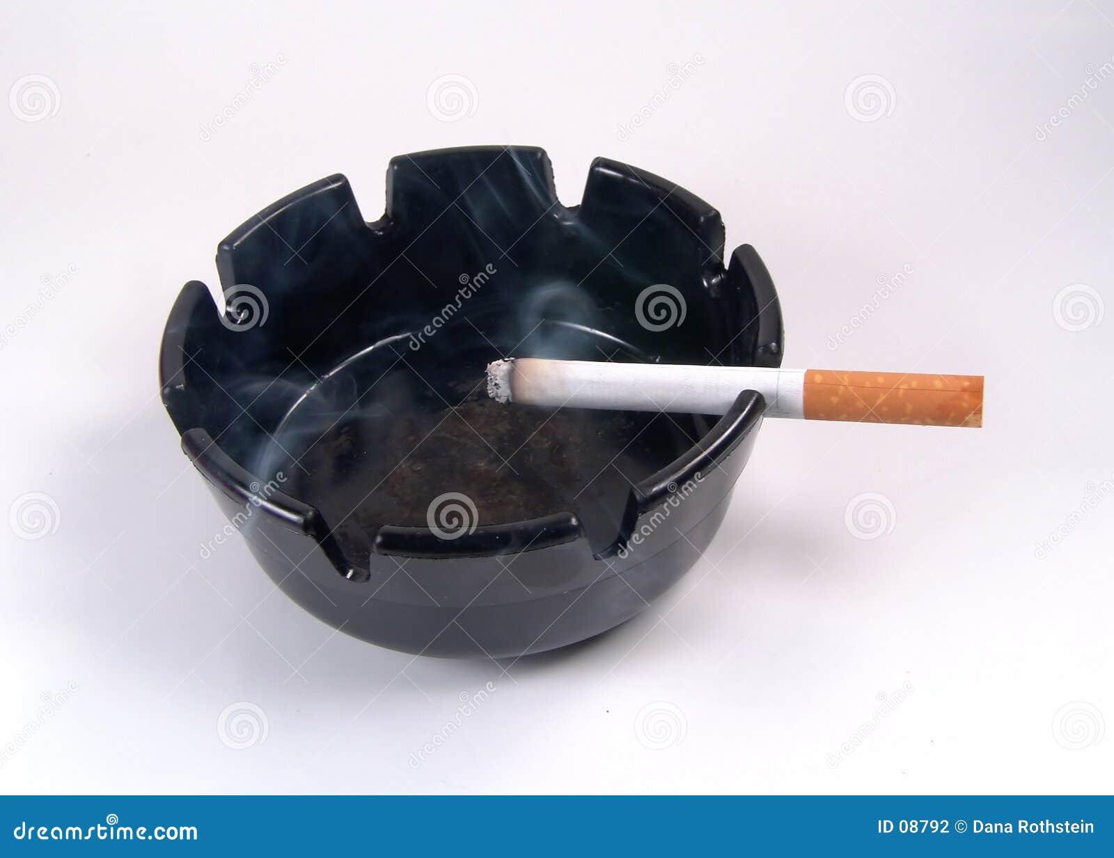 Cenicero con el cigarrillo