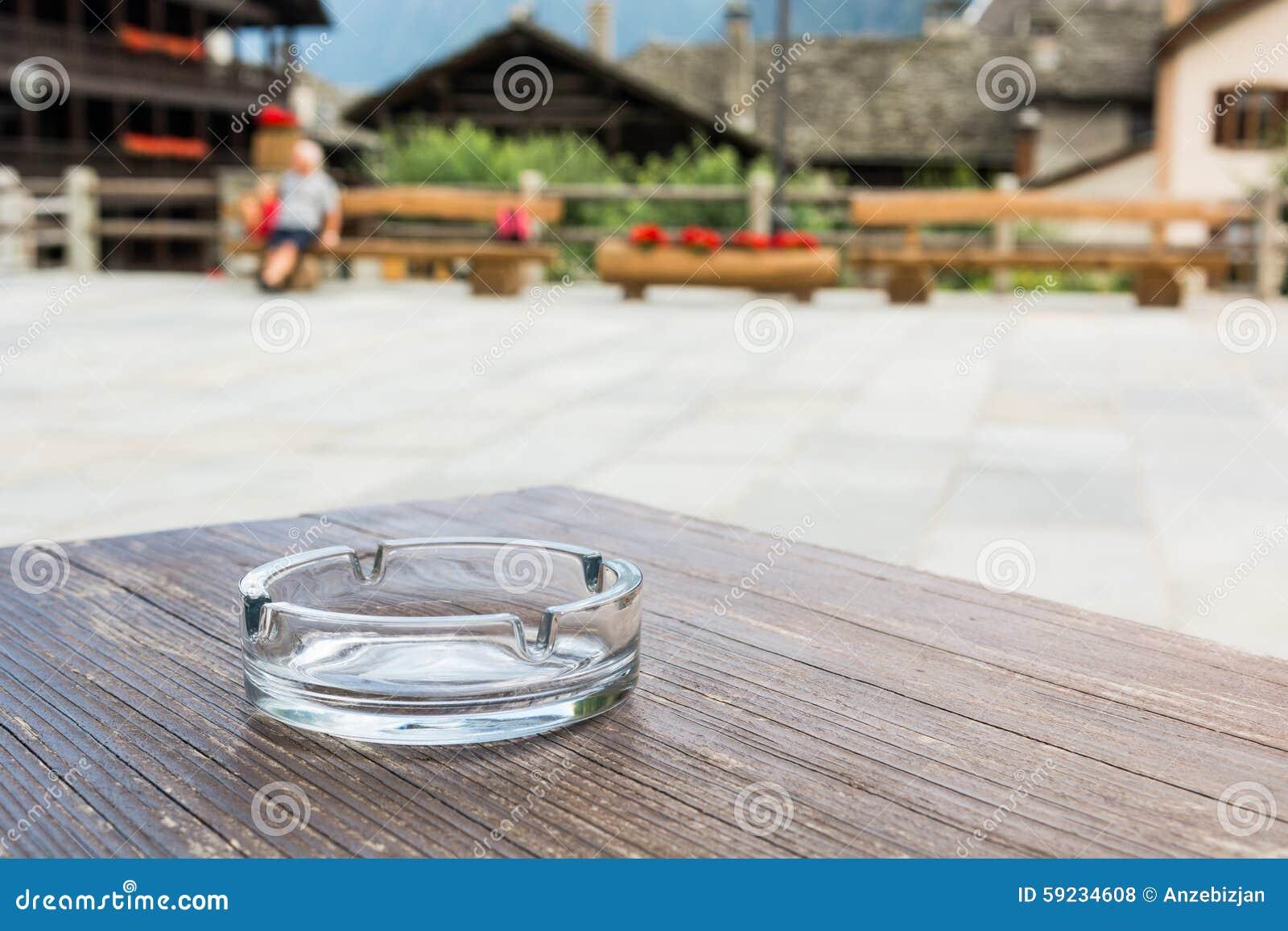Download Cenicero De Cristal Vacío En Una Tabla De Madera Foto de archivo - Imagen de apego, peligro: 59234608