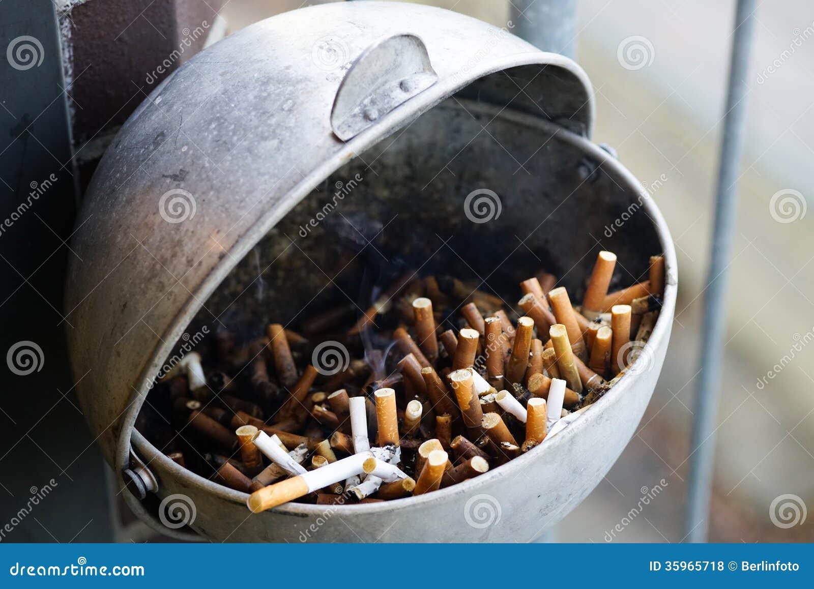 Cenicero por completo de cigarrillos usados