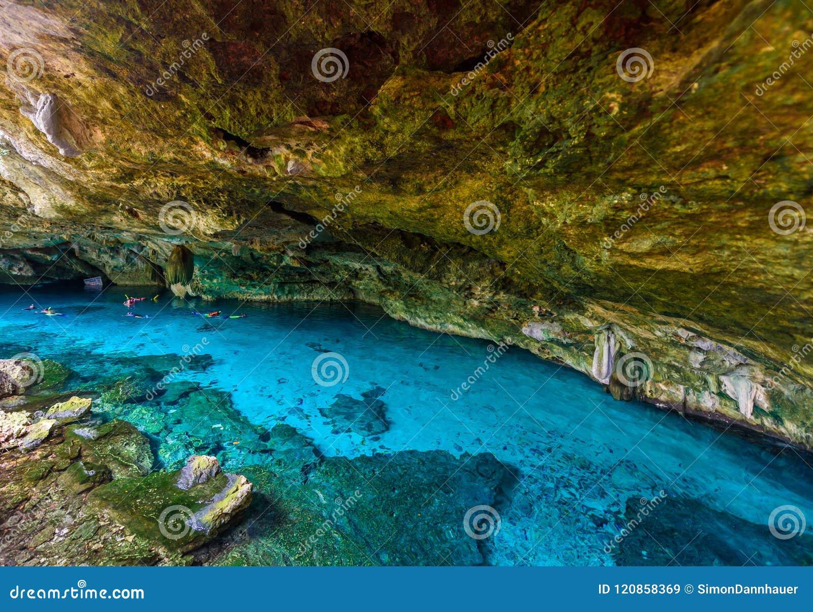 Cenote Dos Ojos i Quintana Roo, Mexico Folksimma och sno