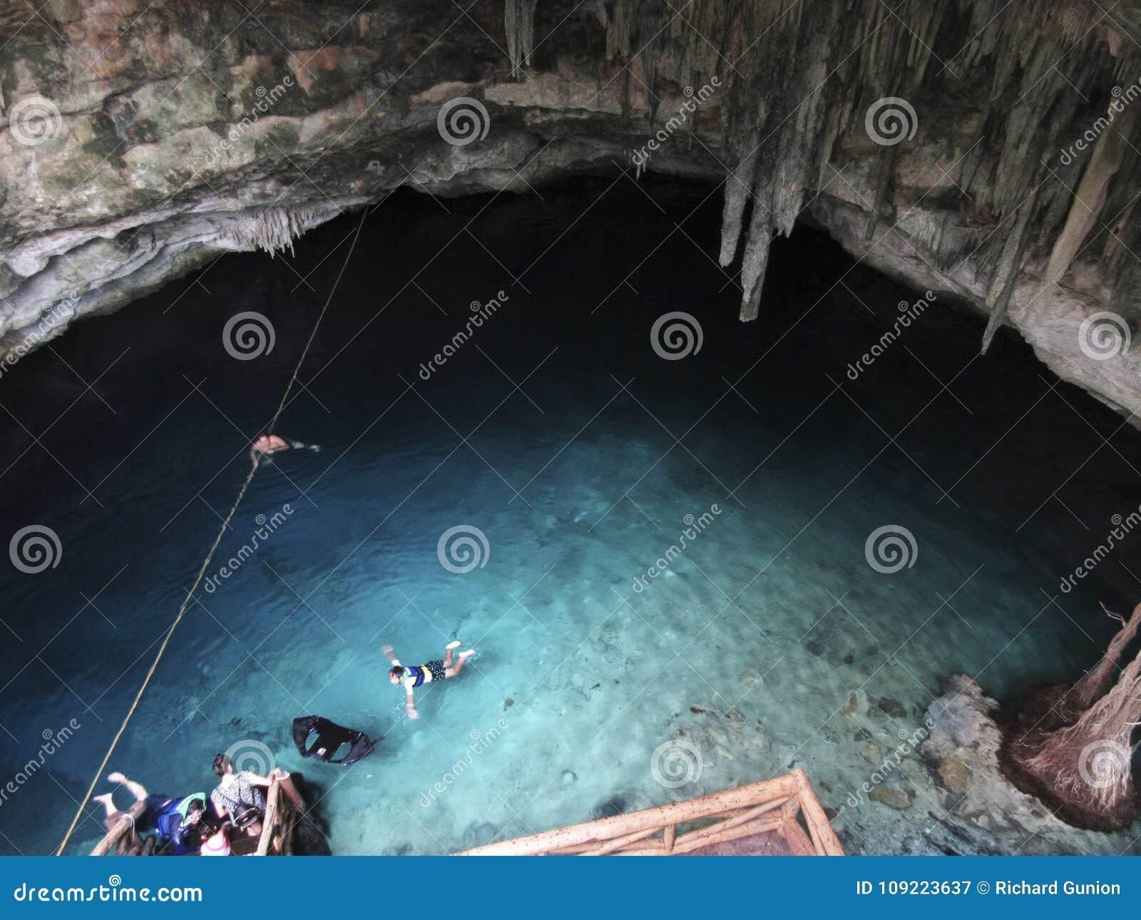 Cenote subterrâneo em Iucatão México