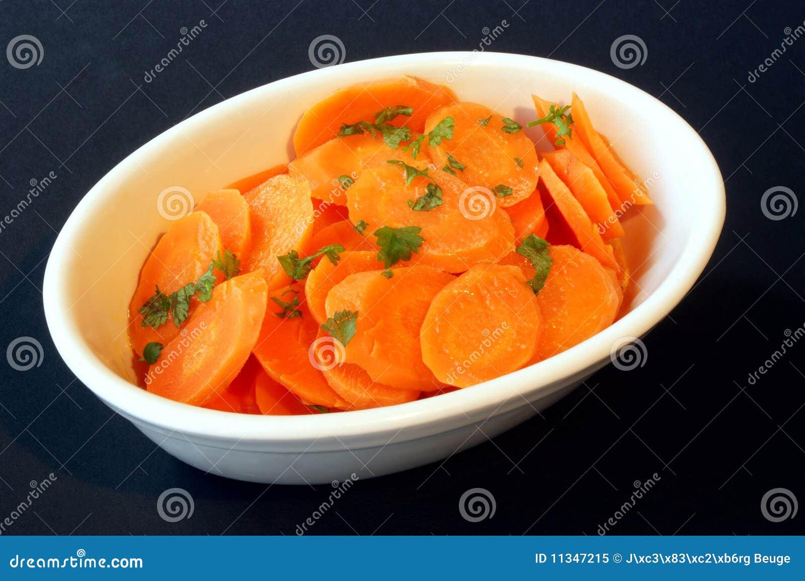Cenoura assada e uma bacia branca