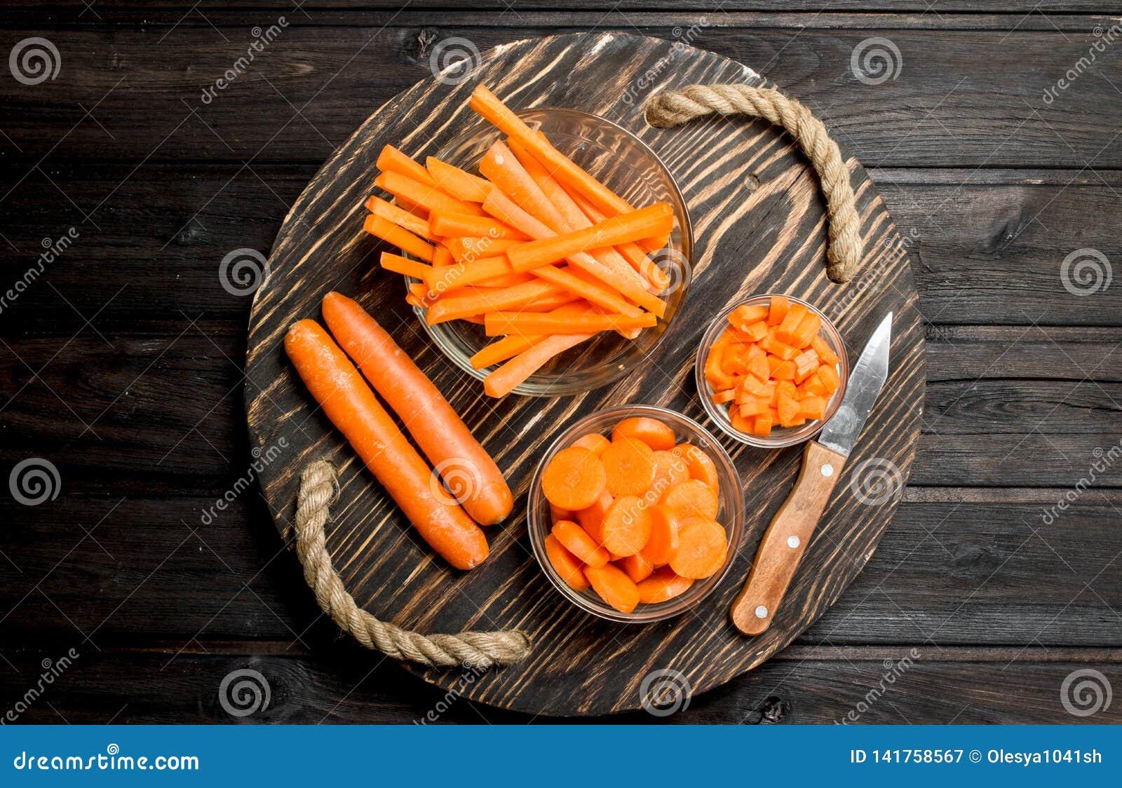 Cenouras frescas em uma placa de corte com uma faca