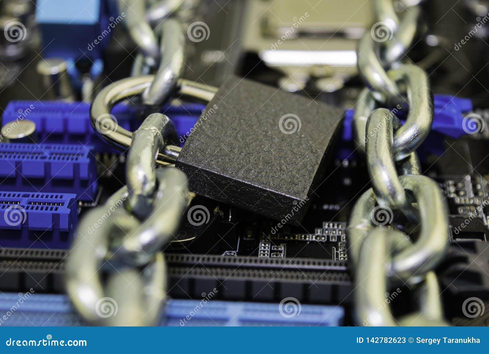 Censuur, beperkingen en beperkingen op Internet concept, motherboard in kettingen onder slot en sleutel