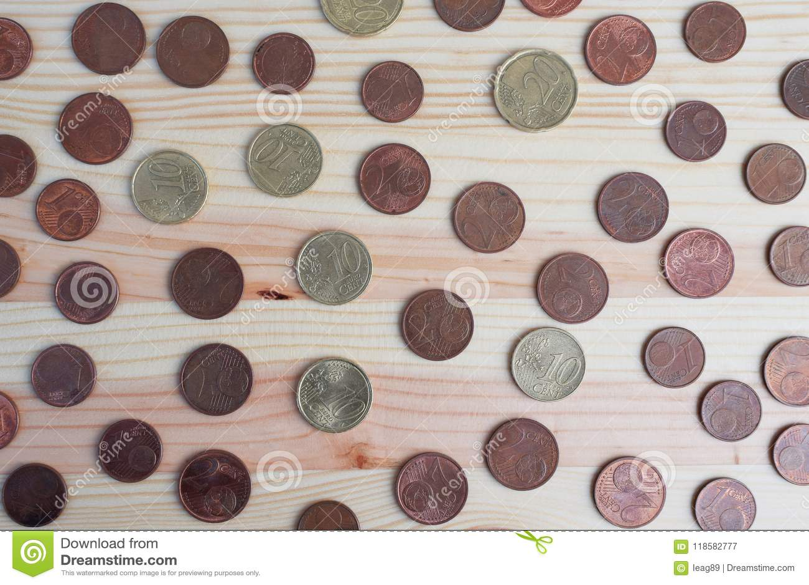 Centavos de Euro no fundo de madeira