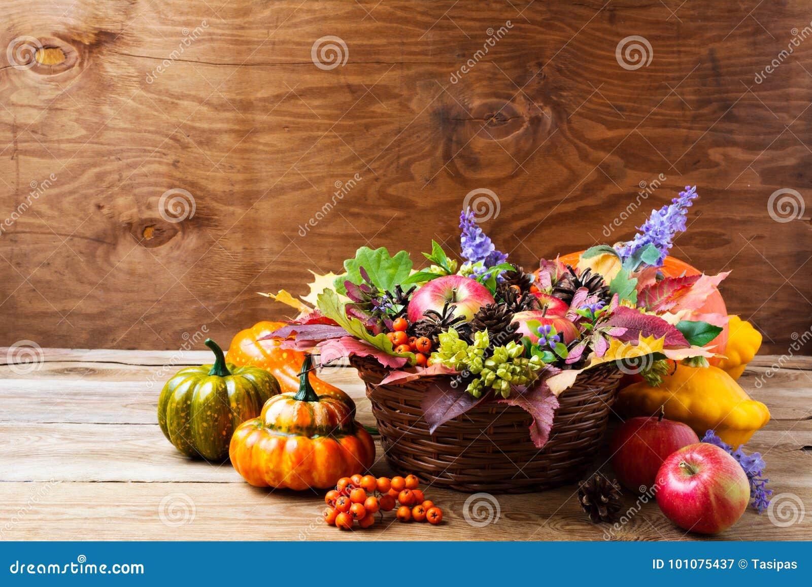 Centerpiece таблицы плетеной корзины падения с голубыми цветками