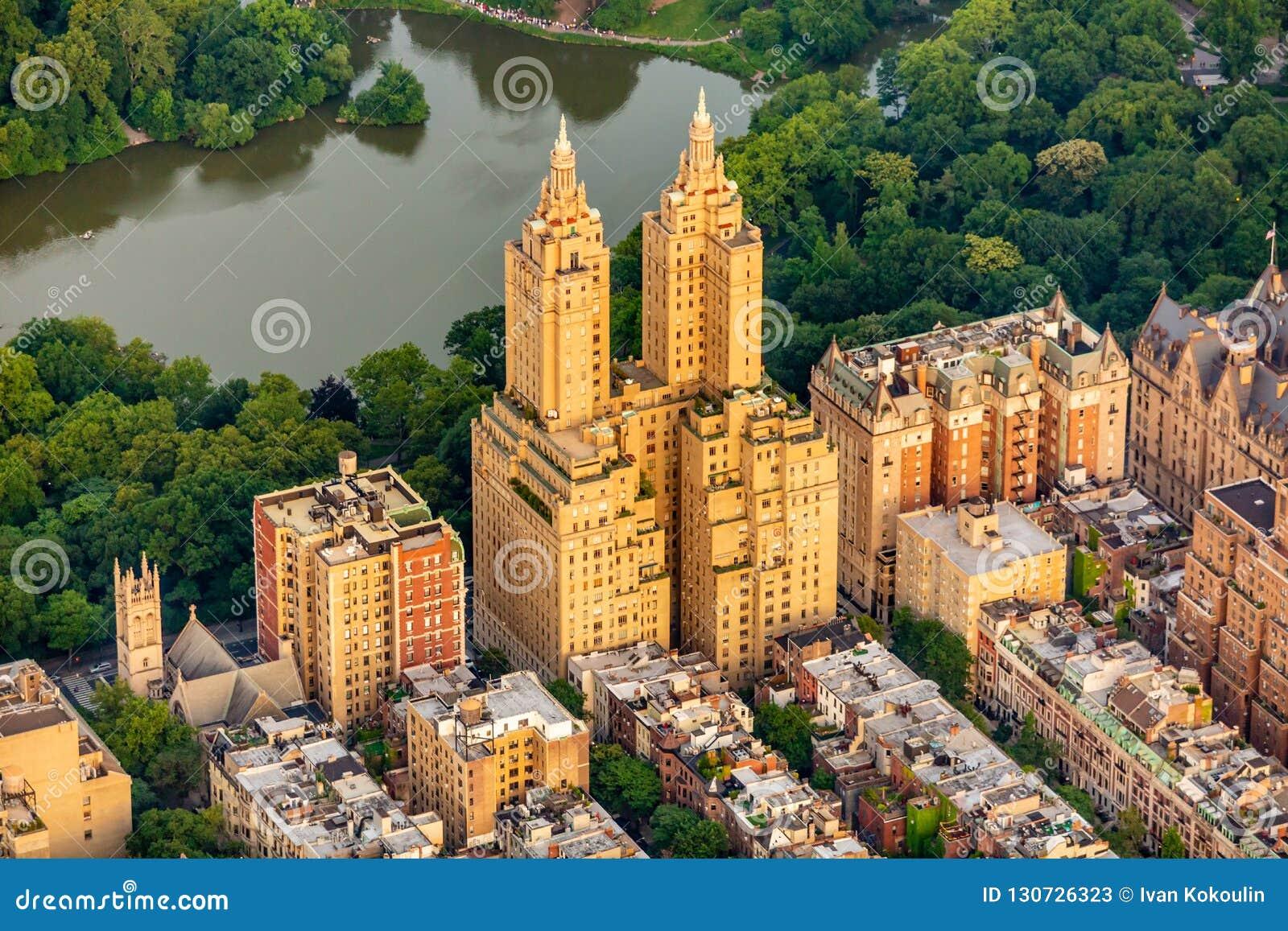 Centraal het parksatellietbeeld van New York in de zomer