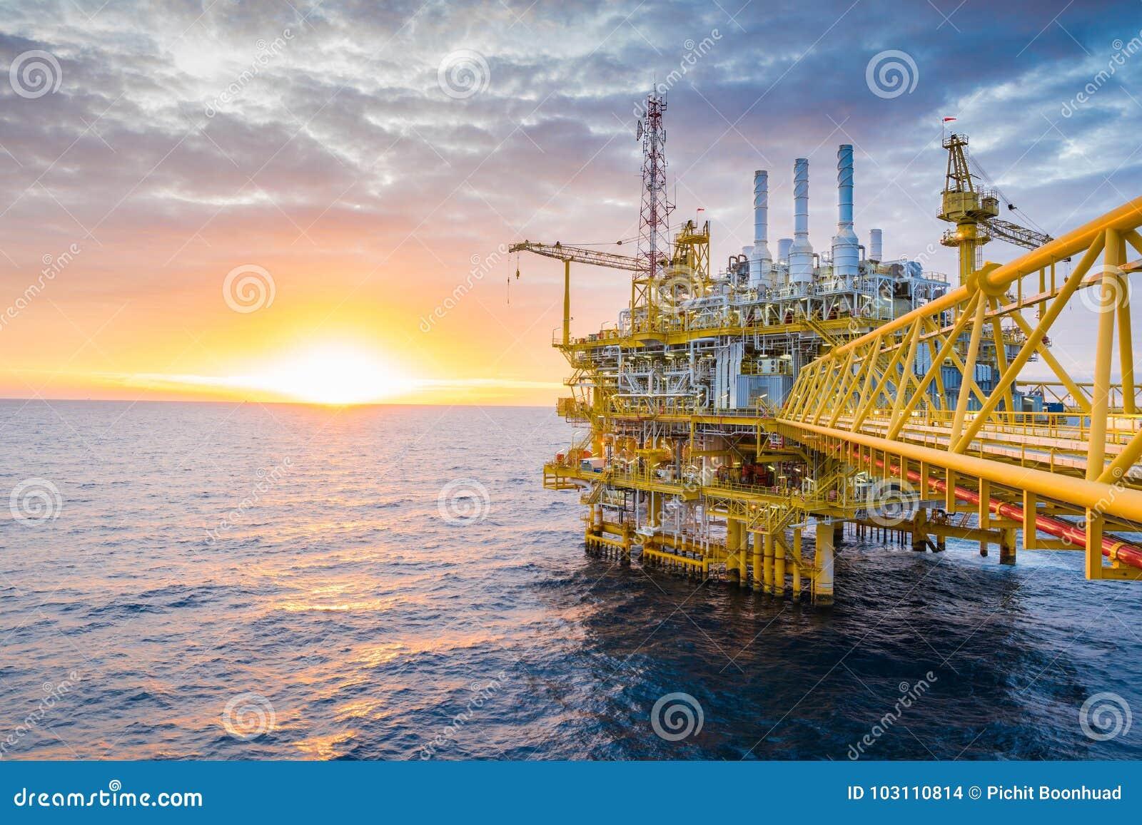 Central bearbeta plattform för fossila bränslen i soluppsättning i golfen av Thailand, fossila bränslenoljaaffär
