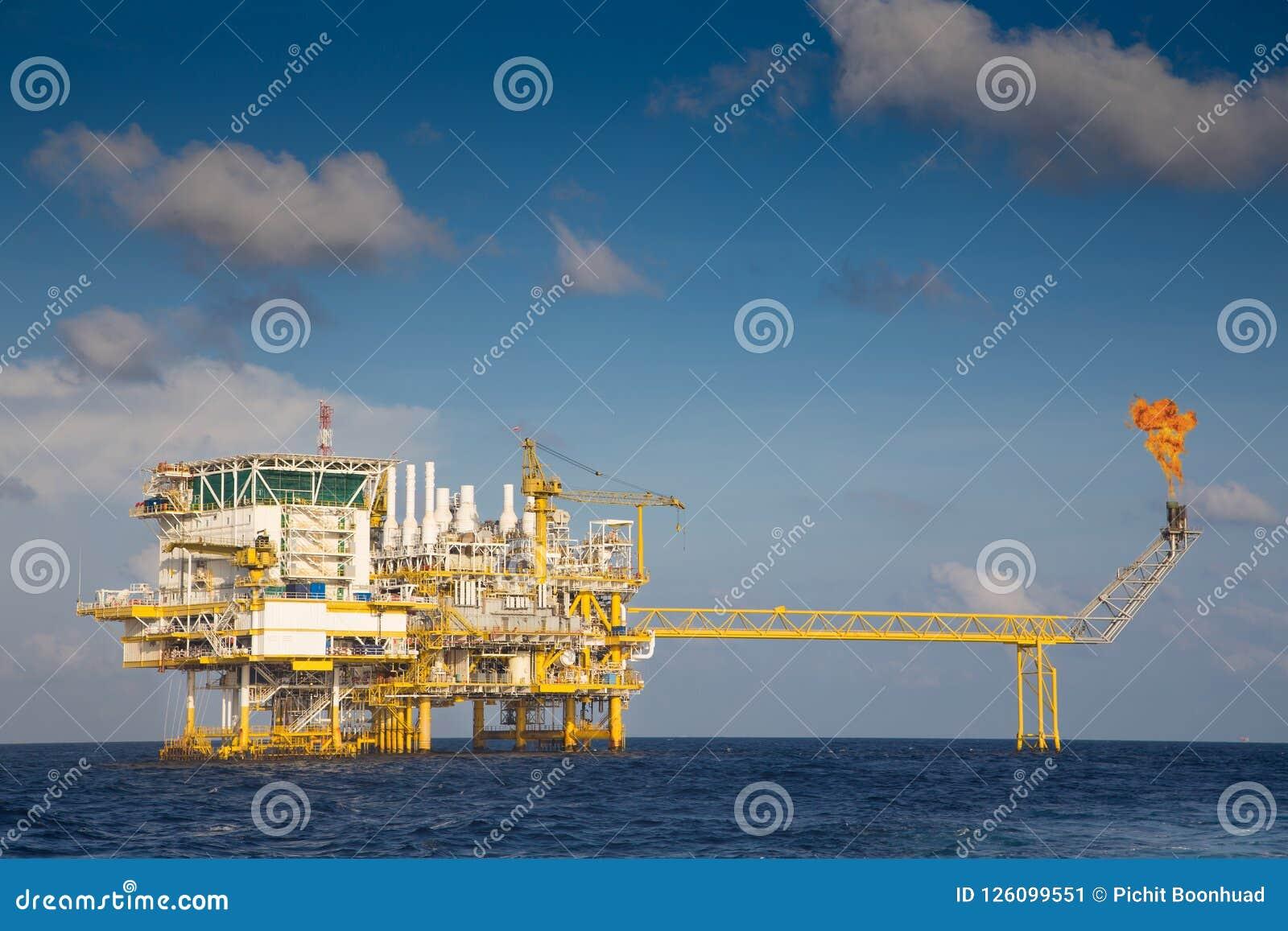 Central bearbeta plattform för frånlands- fossila bränslen och signalljusplattform, medan blossa förlorade gaser