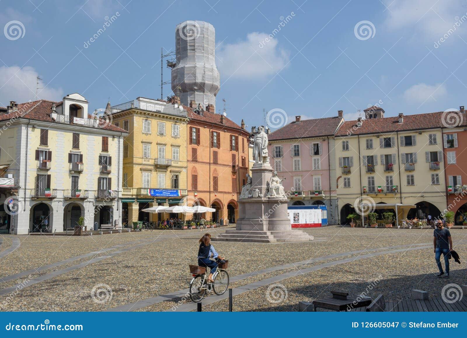 Central Cavour fyrkant på Vercelli på Italien