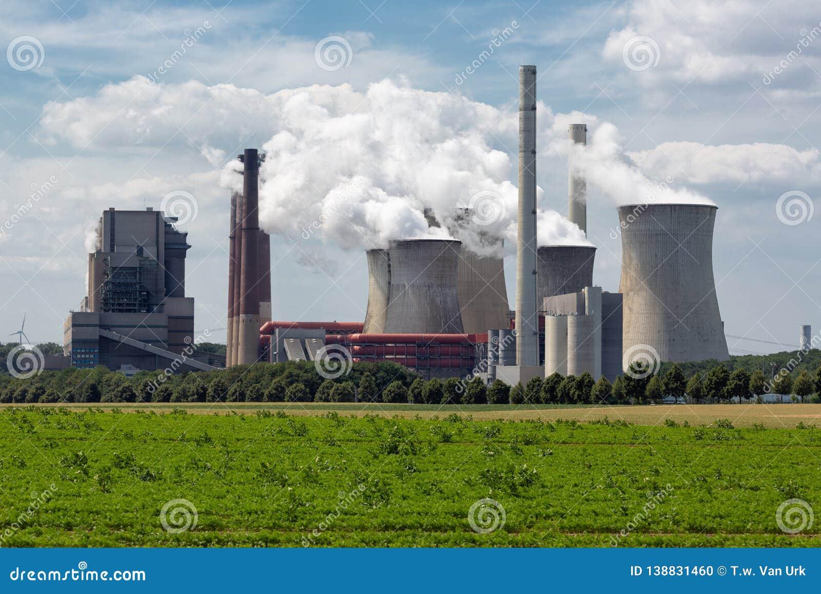 Central eléctrica con carbón cerca de la mina Garzweiler del lignito en Alemania