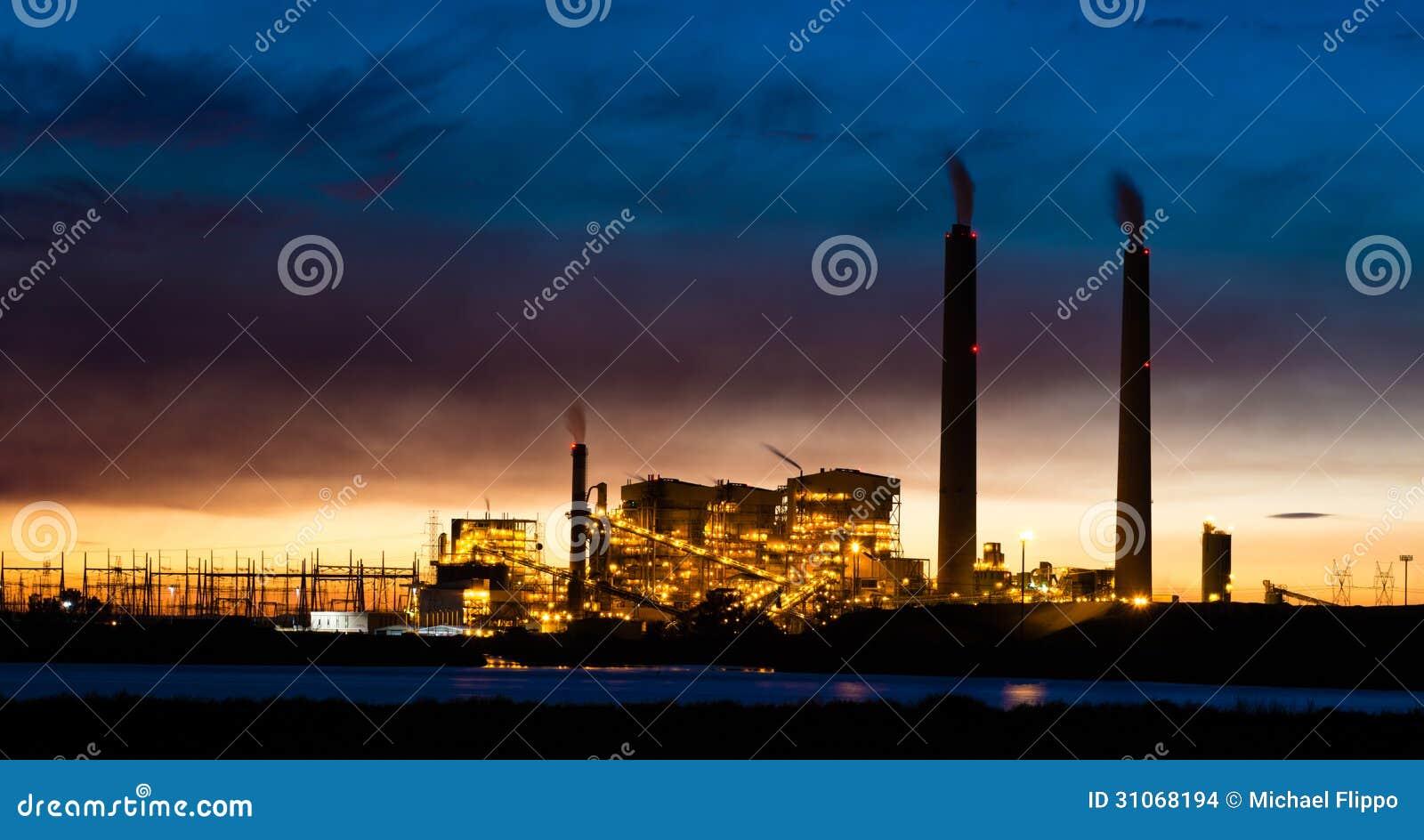 Central eléctrica de energía del carbón en la noche