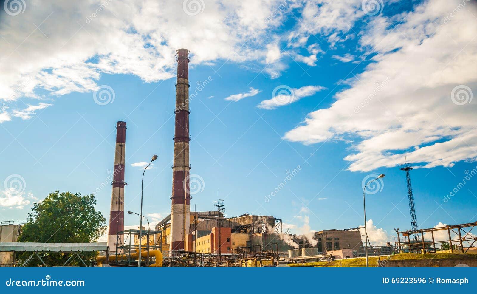Central eléctrica del combustible fósil del carbón con las chimeneas
