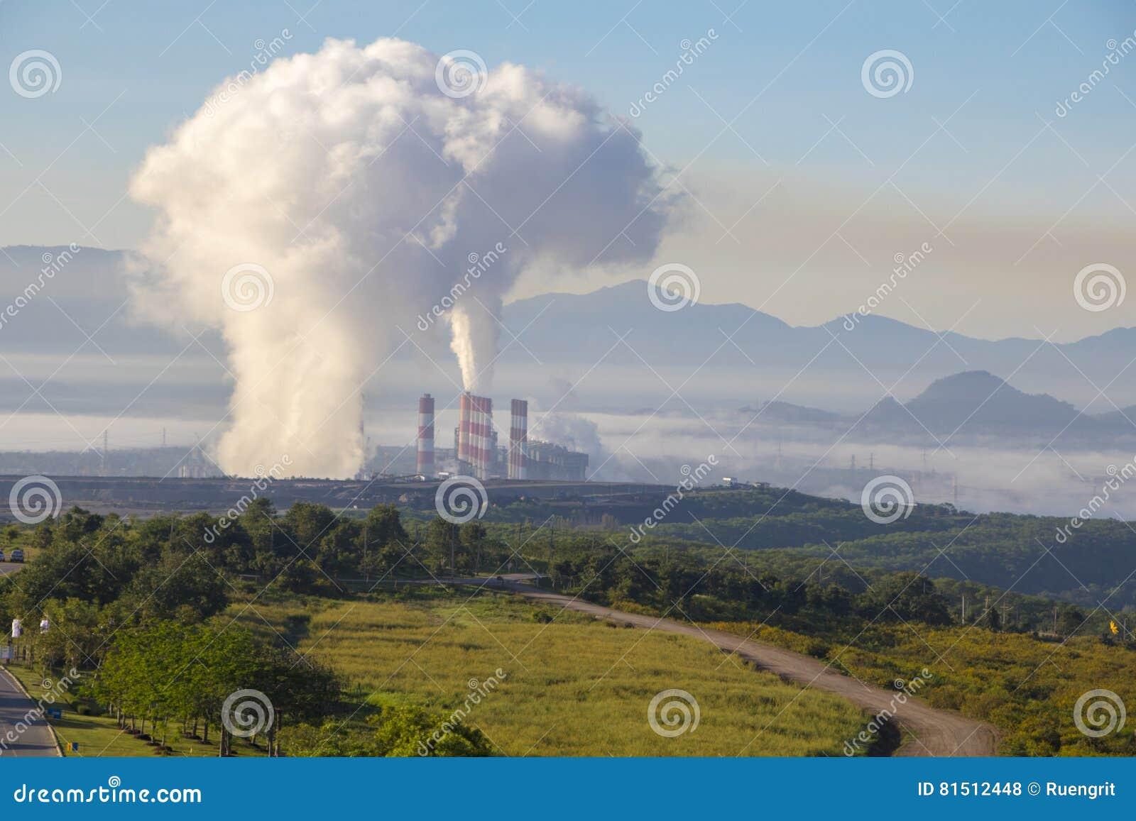 Central eléctrica industrial con la chimenea, Mea Moh, Lampang, Tailandia