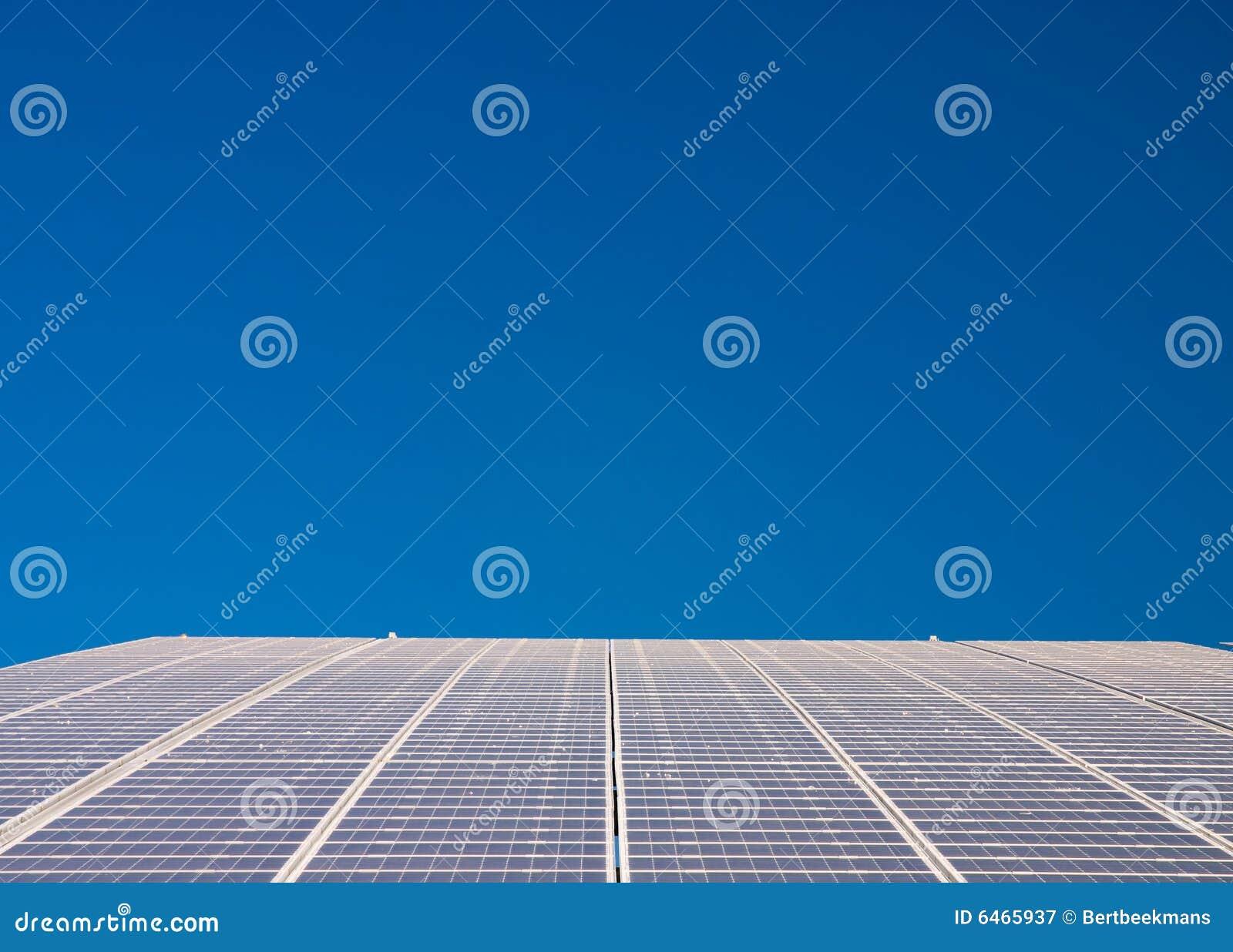 Central eléctrica que se ejecuta en las células solares