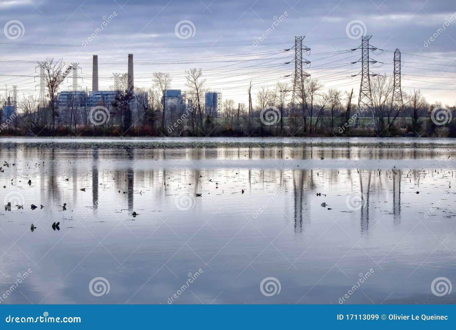 Central eléctrica y líneas eléctricas eléctricas de la transmisión