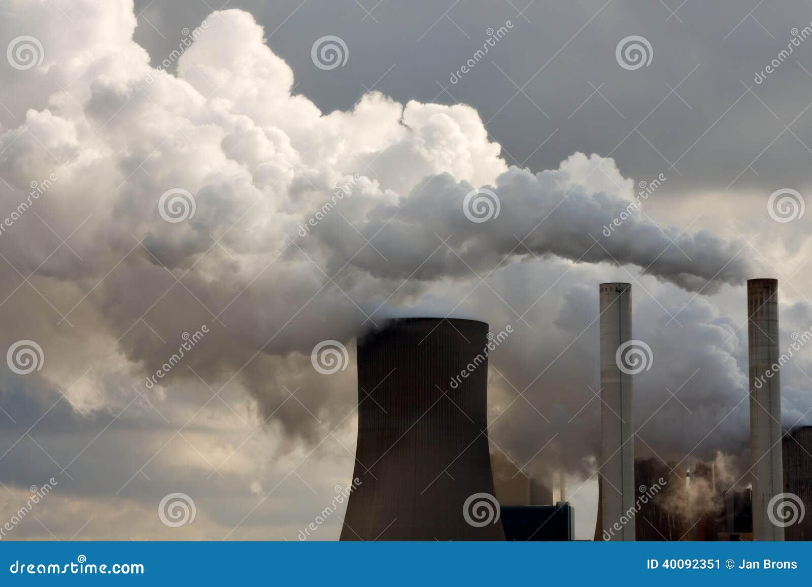 Central elétrica de carvão que sopra afastado